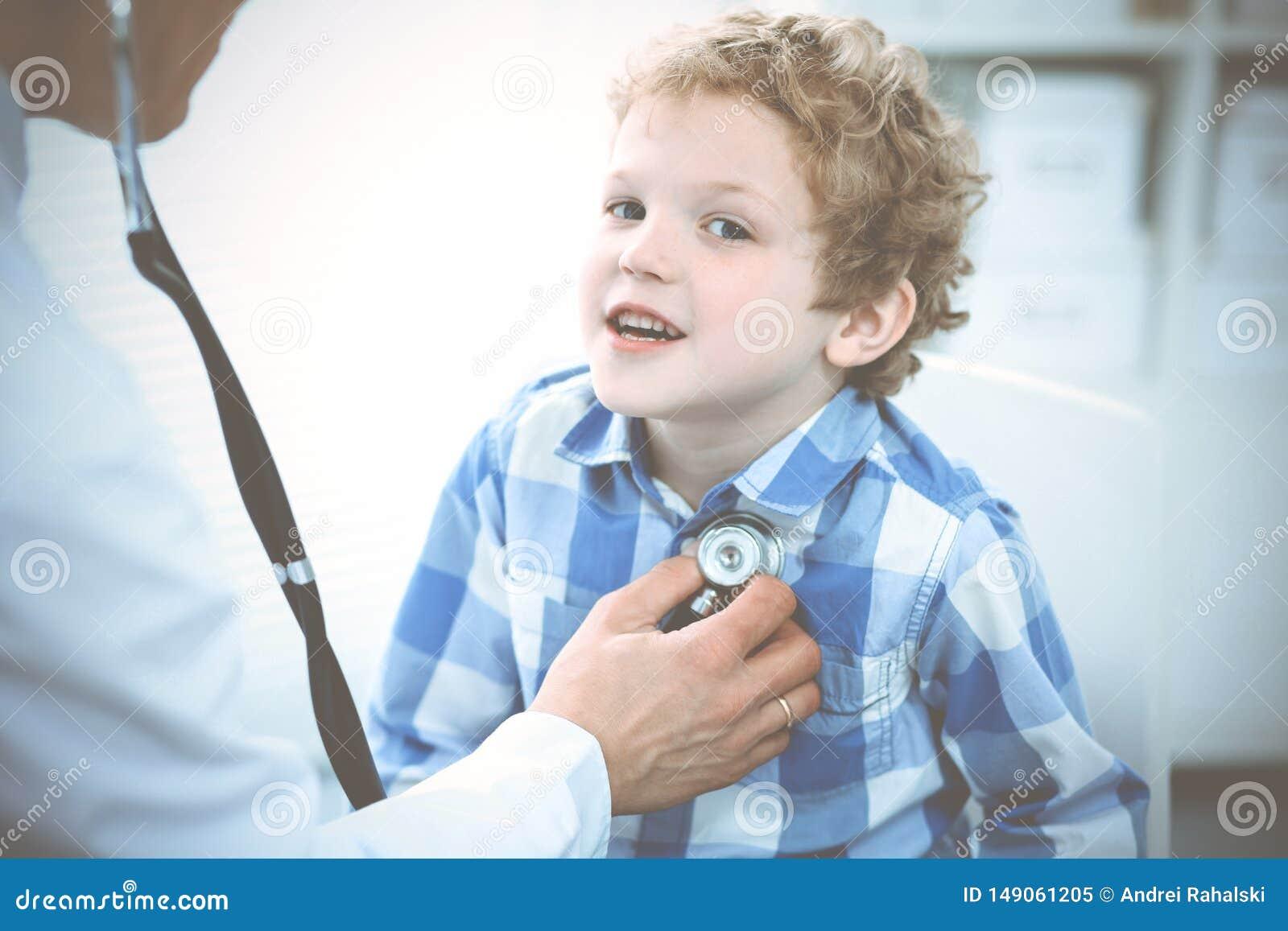 Docteur et enfant patient M?decin examinant peu de gar?on Visite m?dicale r?guli?re dans la clinique M?decine et soins de sant?