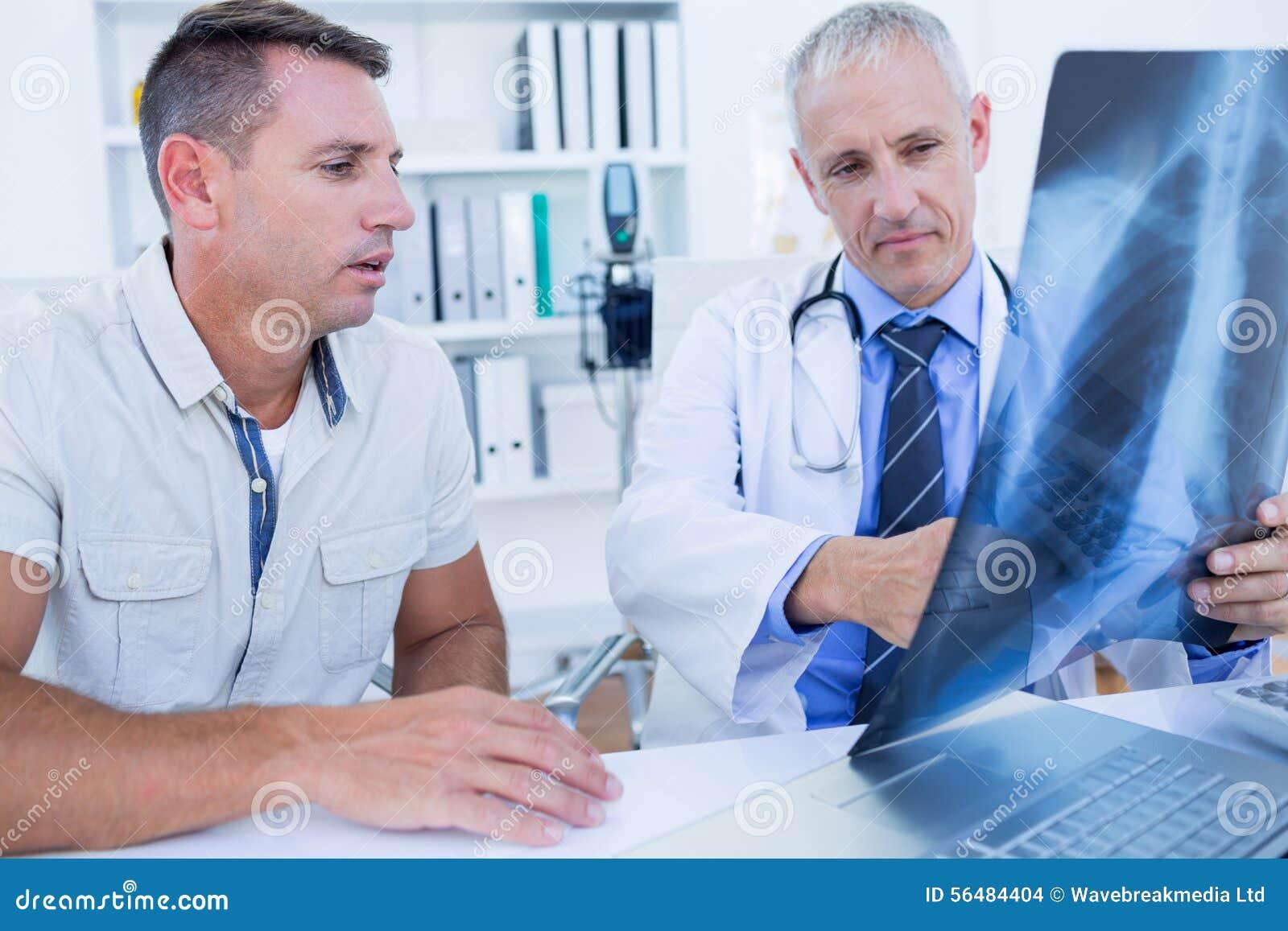 Docteur et patient regardant le rayon X