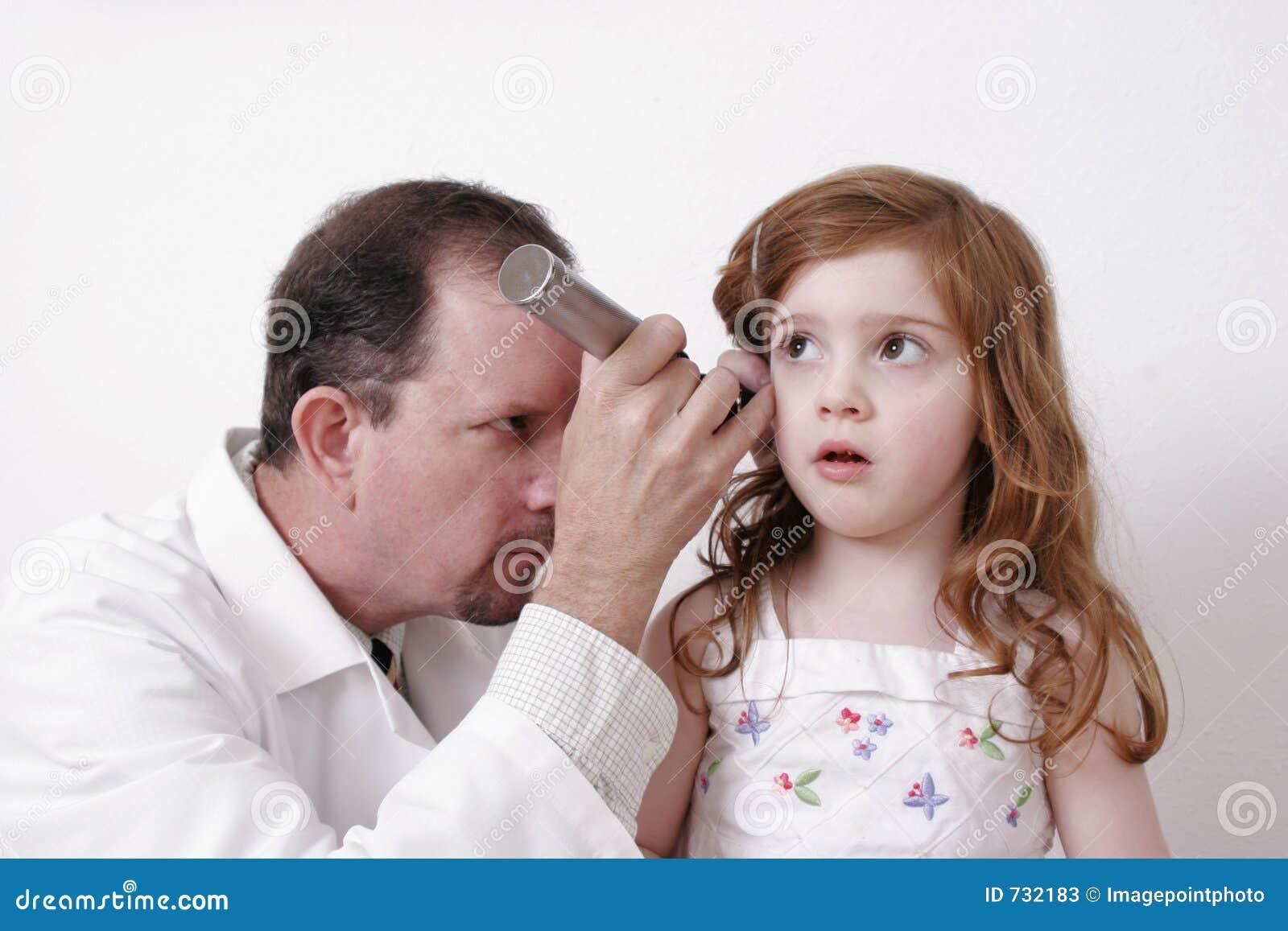 Docteur examinant l oreille d un enfant