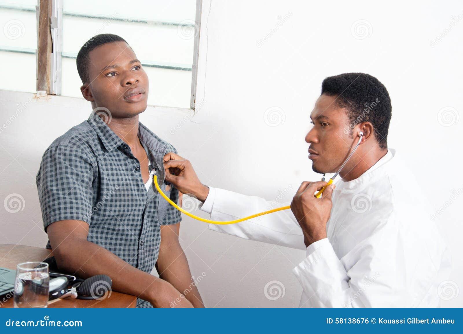 Docteur examinant un patient