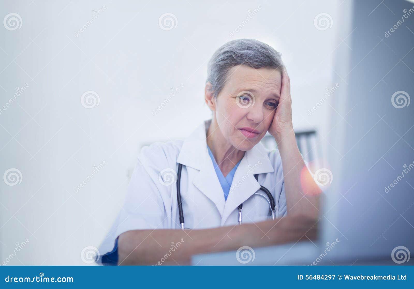 Docteur féminin à l aide de son ordinateur portable