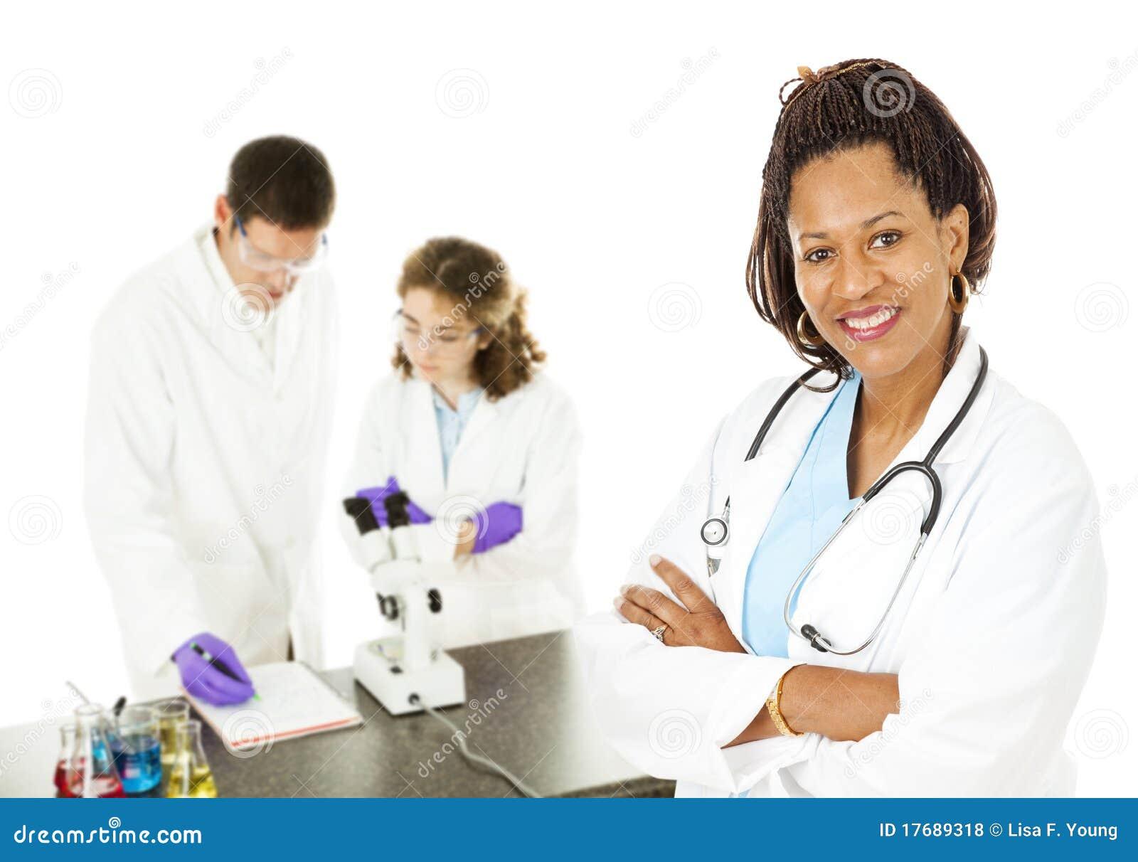 Docteur féminin avec des technologies de laboratoire