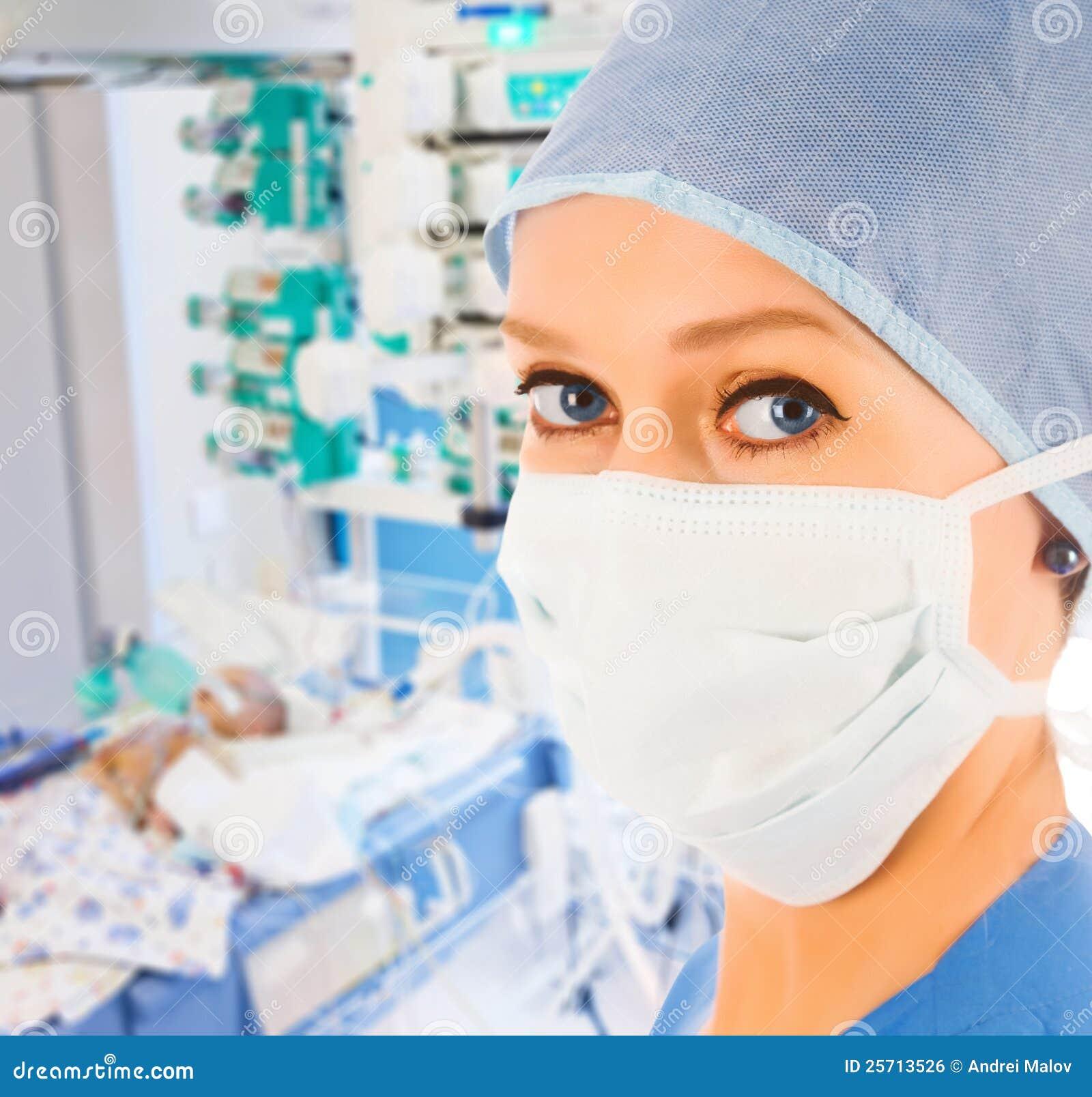 Docteur féminin dans l élément pédiatrique de soins intensifs