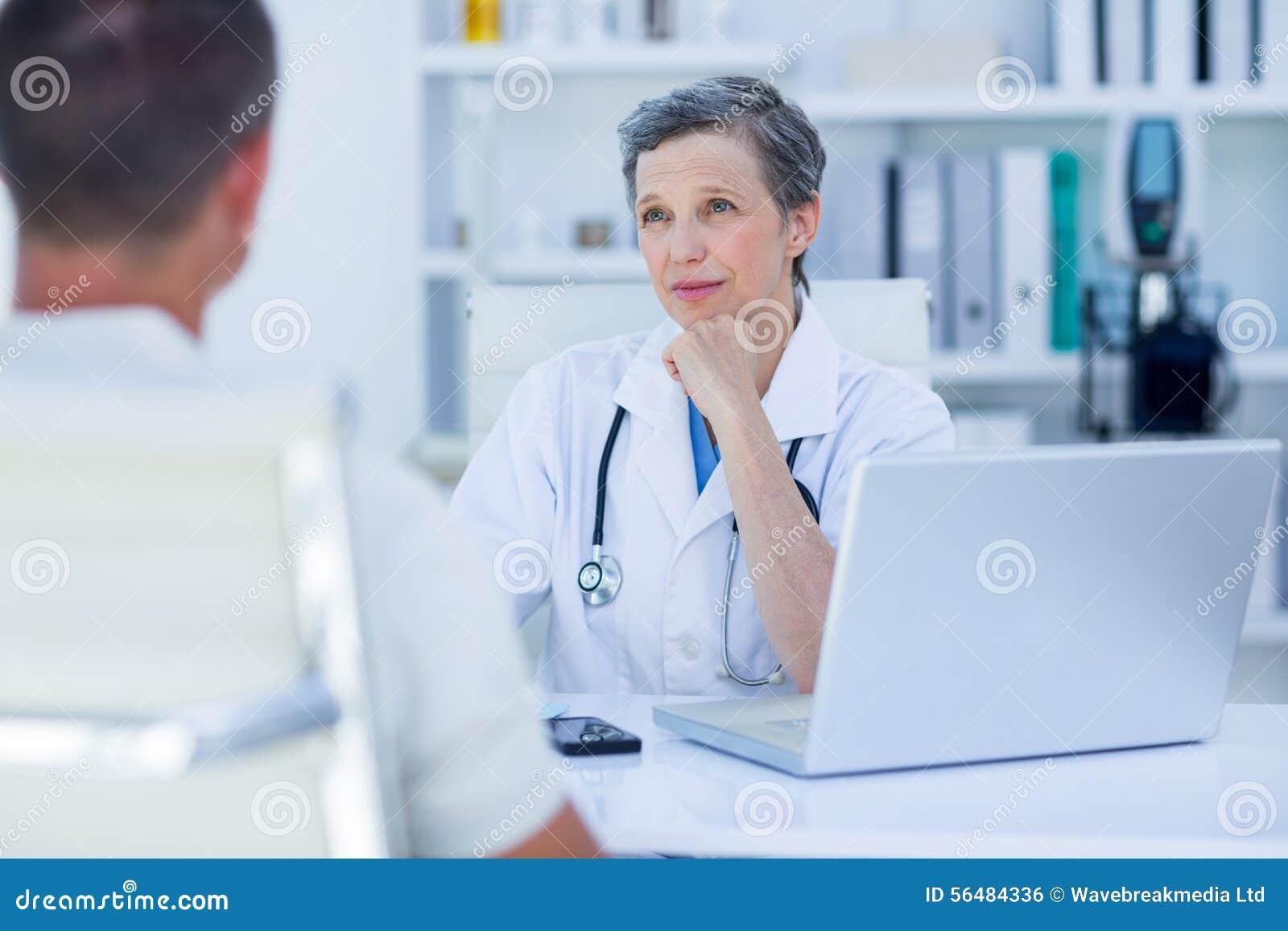 Docteur féminin parlant avec son patient