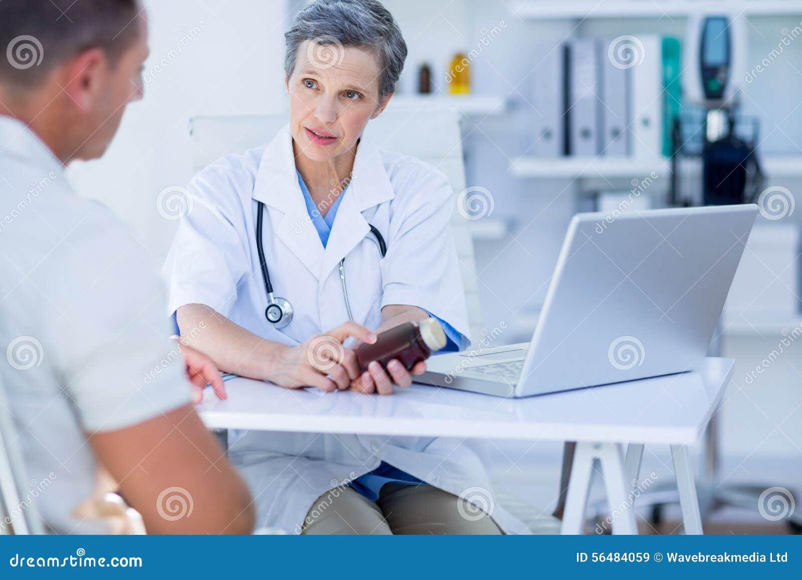 Docteur féminin tenant une boîte de pilules
