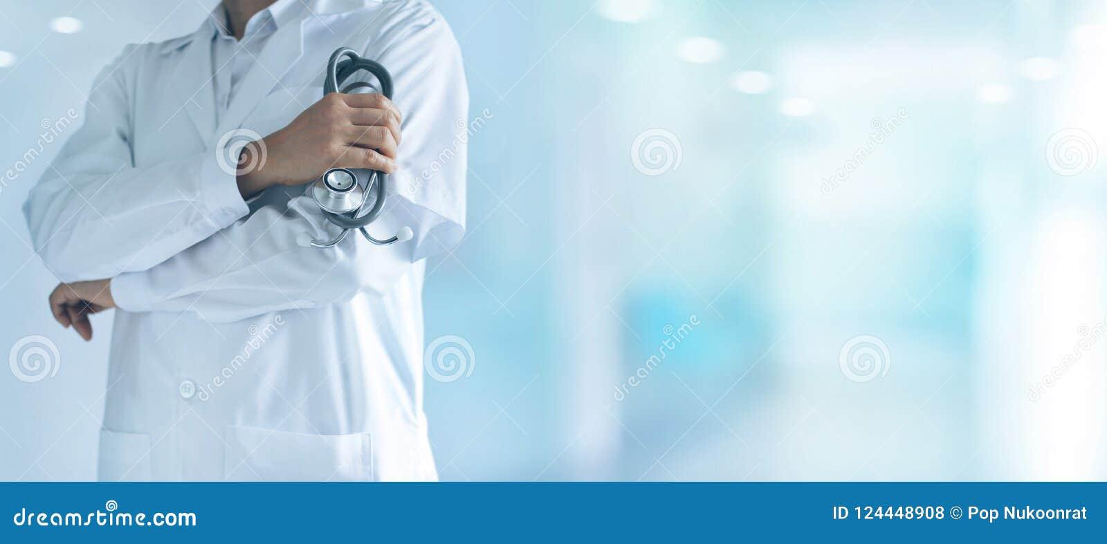 Docteur masculin de médecine avec le stéthoscope se tenant avec confiance