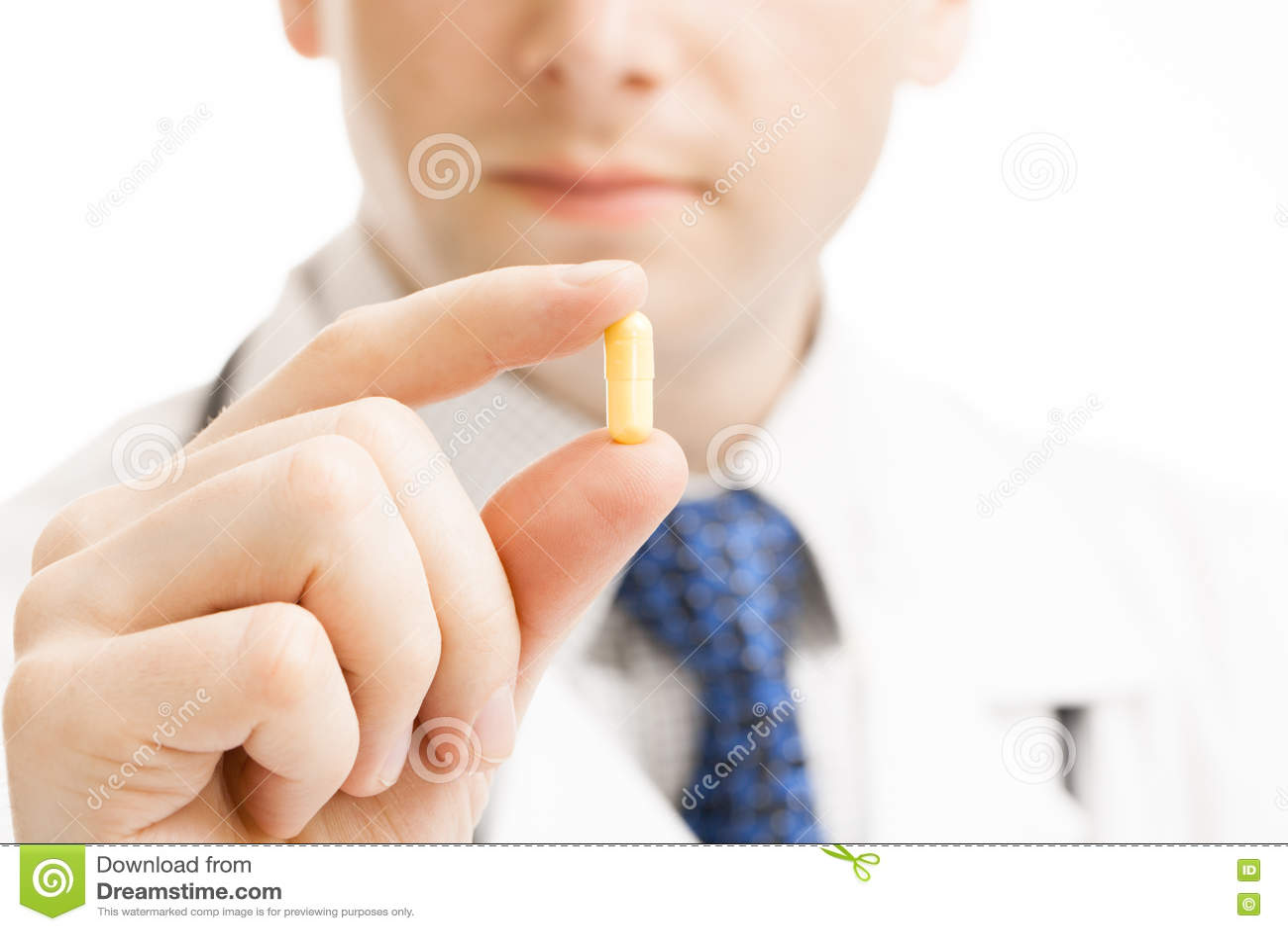 Docteur masculin holdling un tir de studio de pilule à disposition -