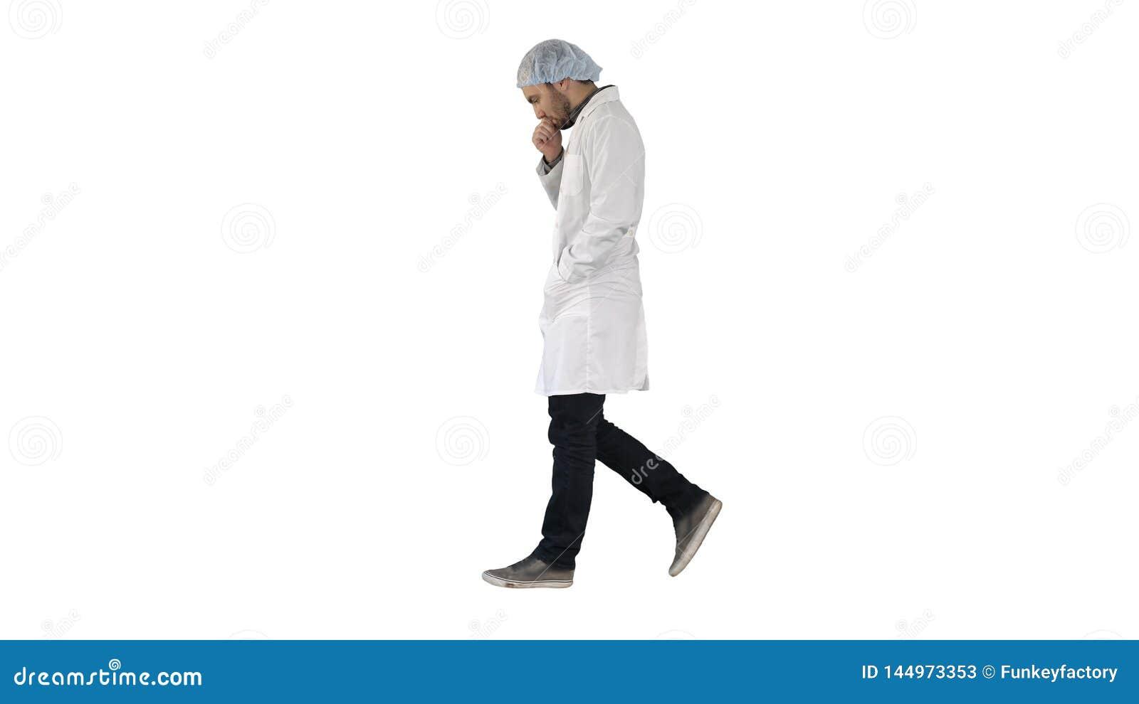 Docteur masculin r?fl?chi marchant sur le fond blanc
