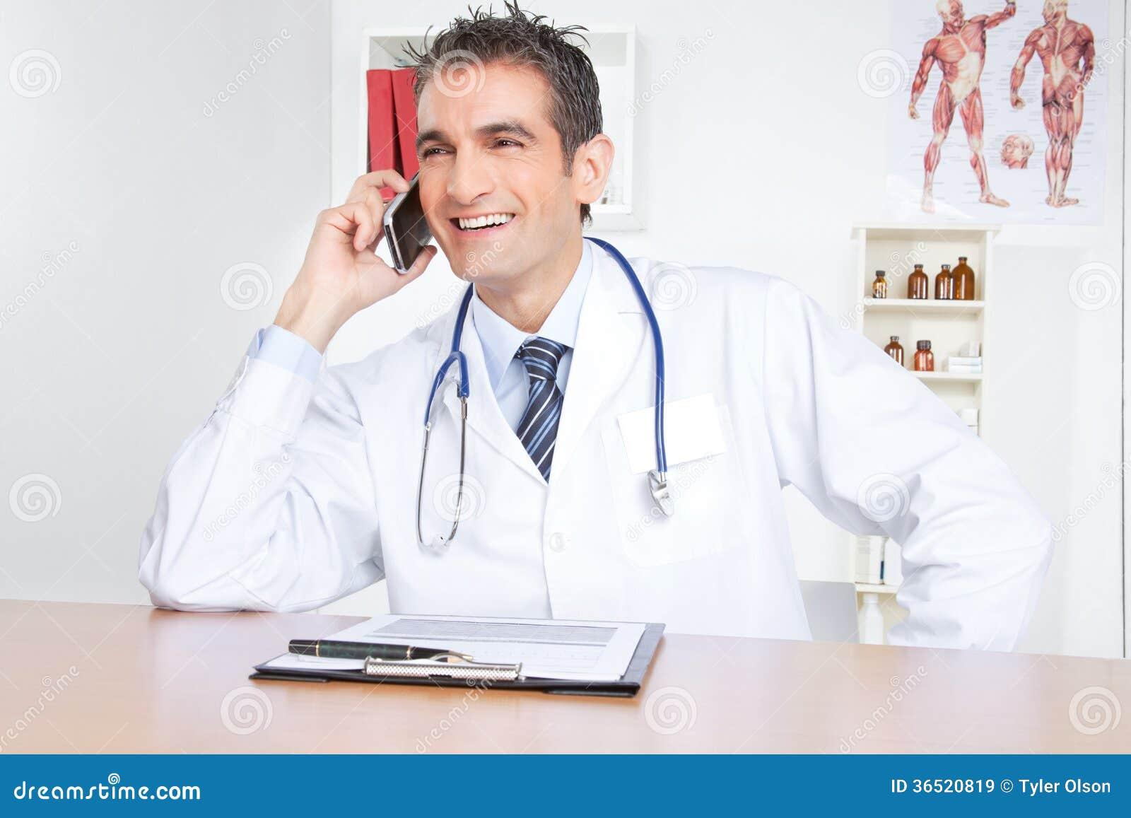 Docteur masculin Using Mobile Phone