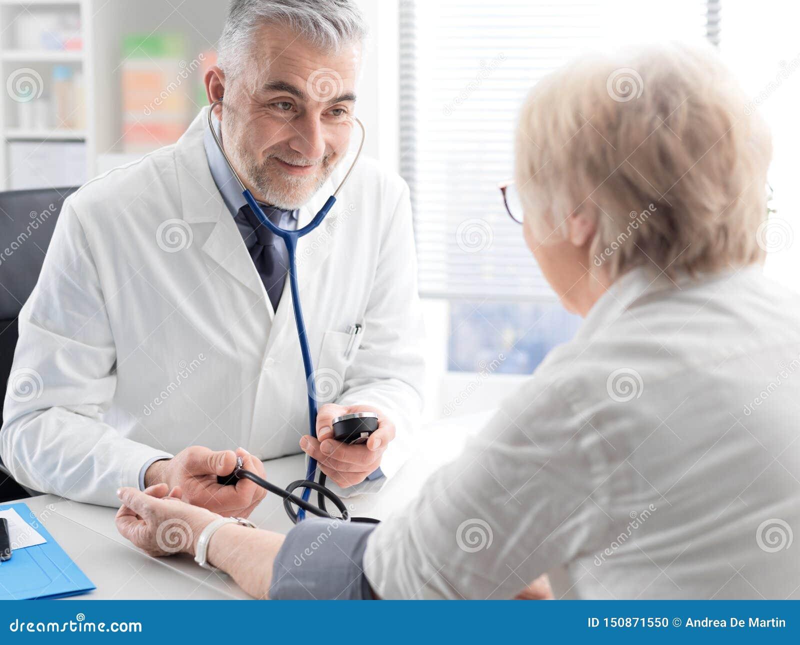 Docteur professionnel mesurant la tension artérielle d un patient