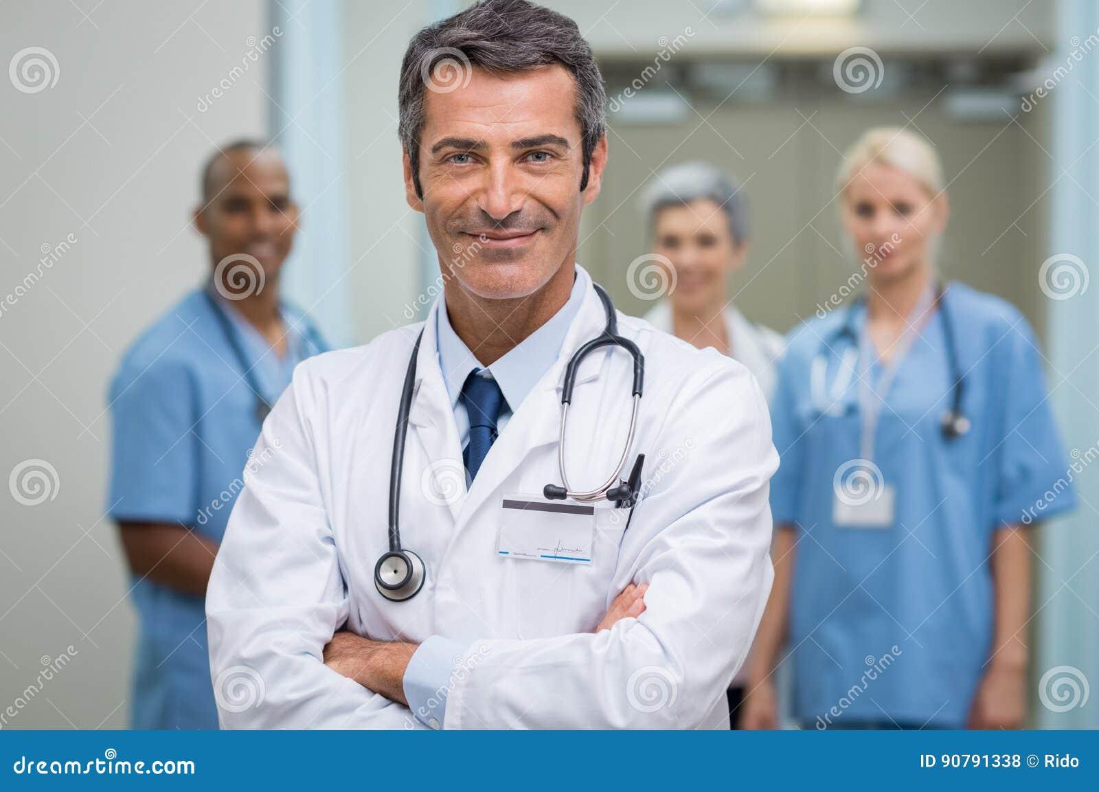 Docteur réussi et son personnel