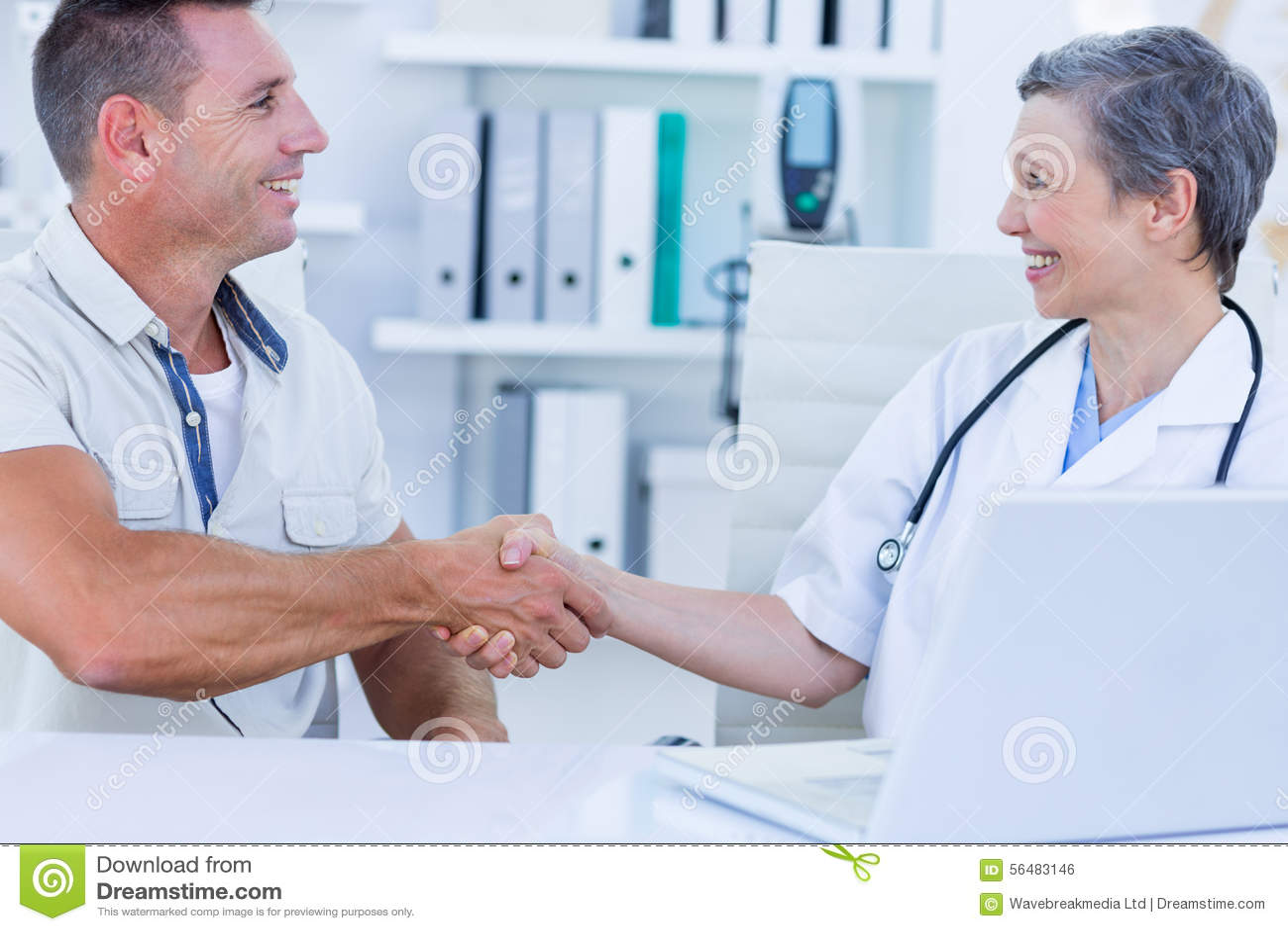 Docteur secouant et de son patient