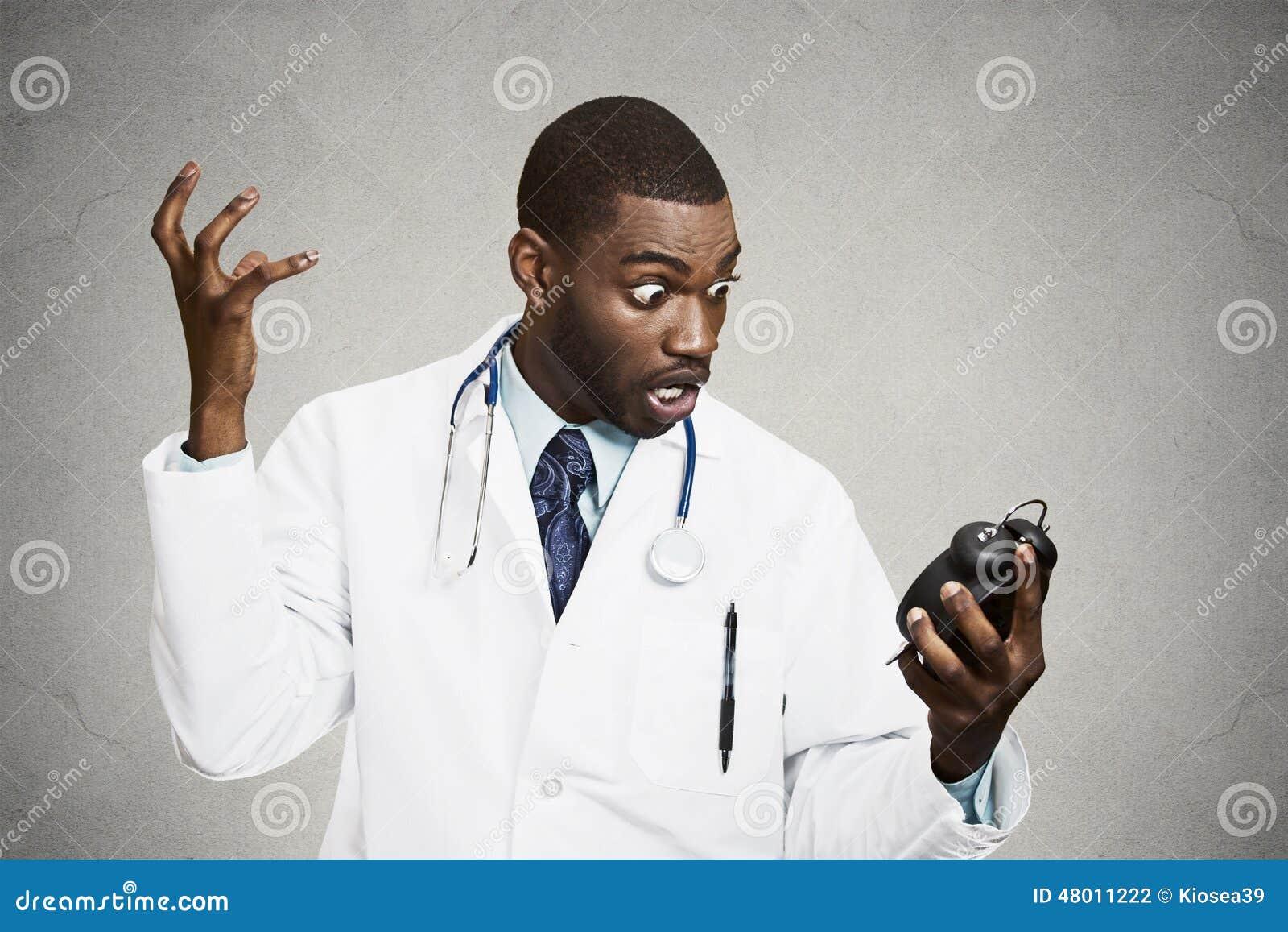 Docteur soumis à une contrainte, tenant le réveil