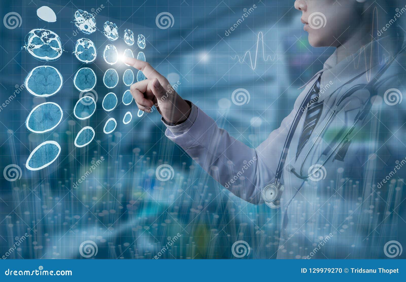 Docteur touchant l écran d ordinateur de l image de cerveau de CT dans le roo fonctionnant