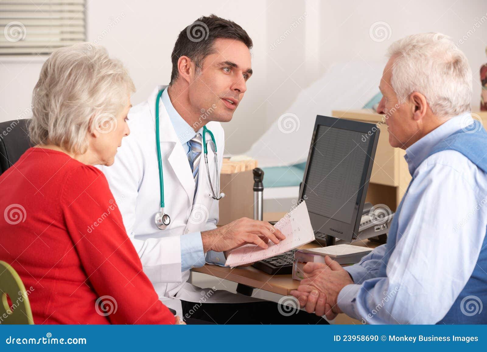 Doctor americano que habla con los pares mayores