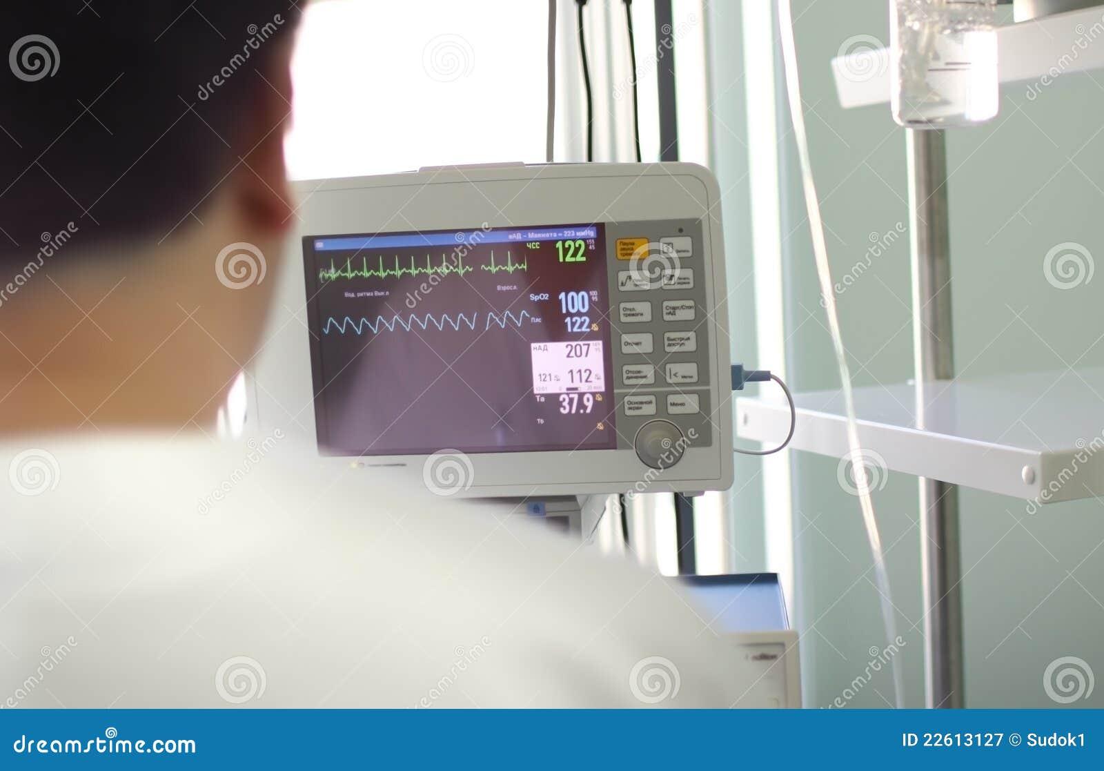 Doctor antes del monitor médico
