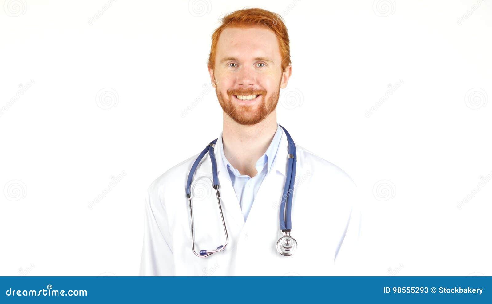 Doctor con el estetoscopio alrededor de su cuello que mira la cámara que sonríe, retrato