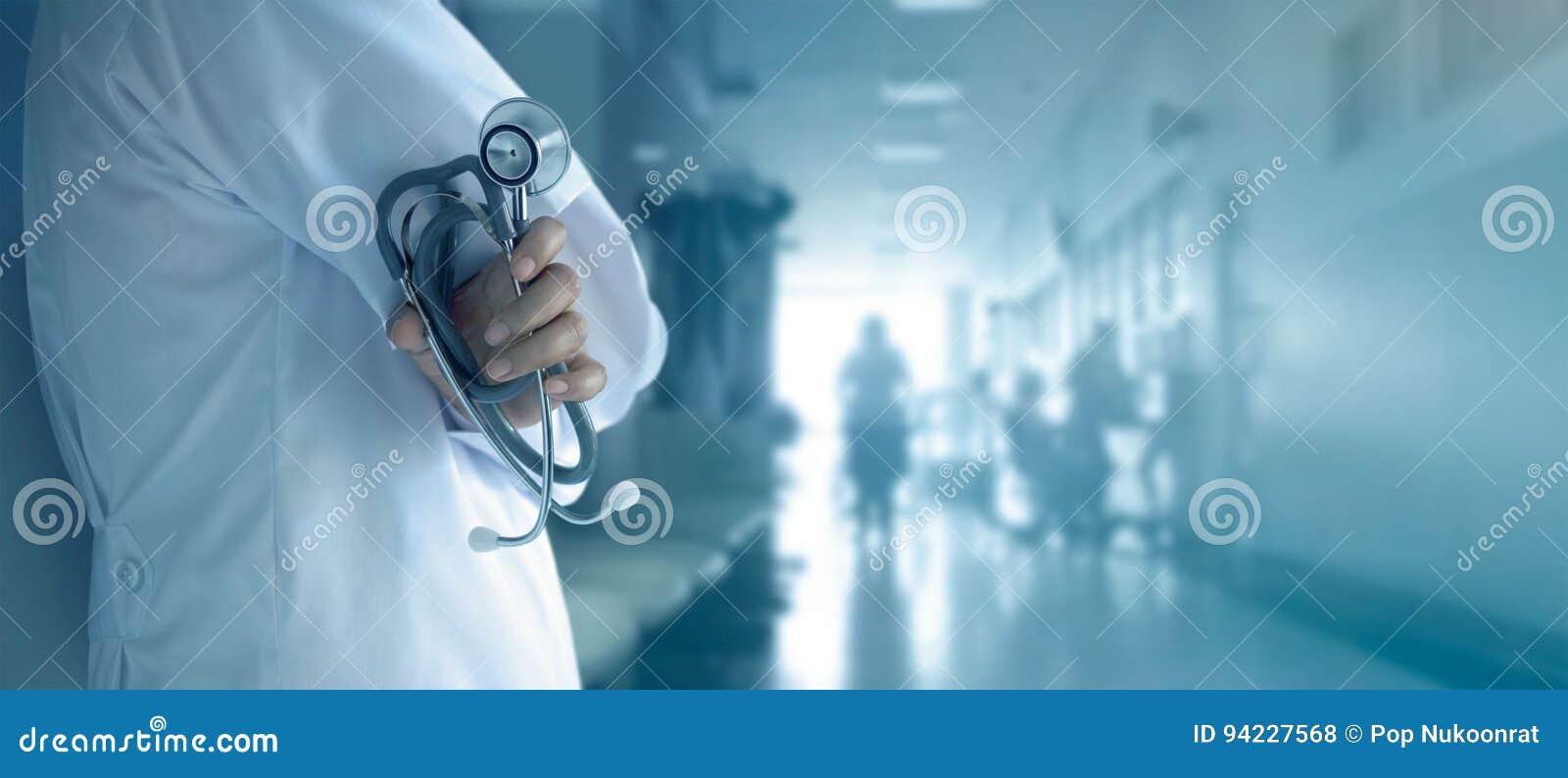 Doctor con el estetoscopio a disposición en fondo del hospital