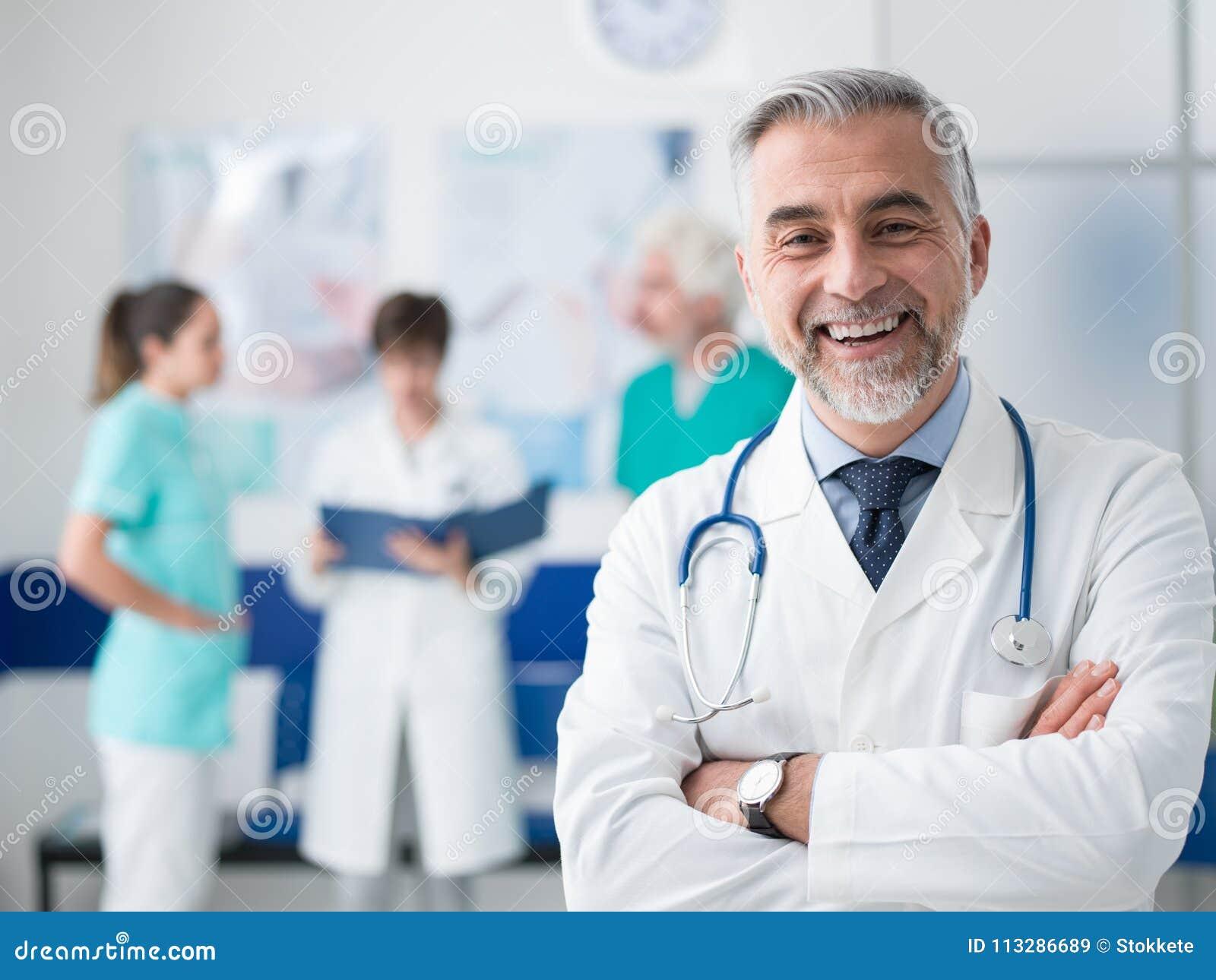Doctor confiado que presenta en el hospital