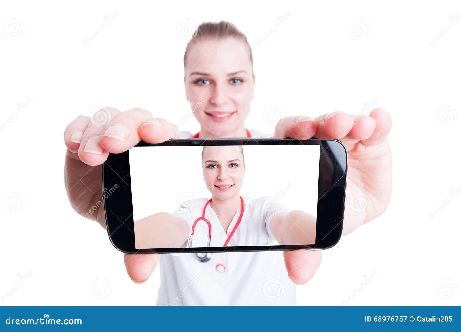 Doctor de la mujer que toma un selfie