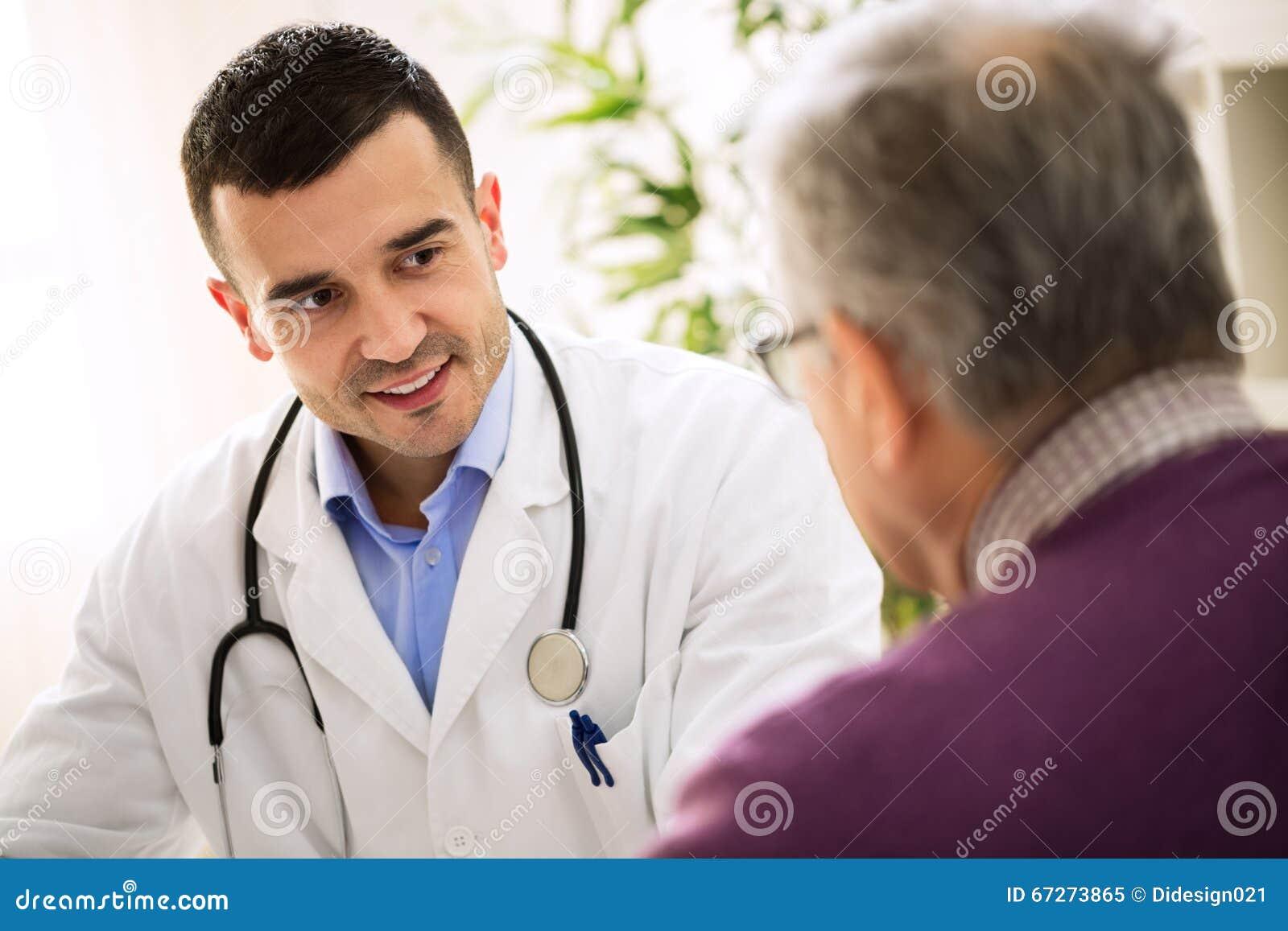 Doctor de la visita del viejo hombre, atención a los pacientes