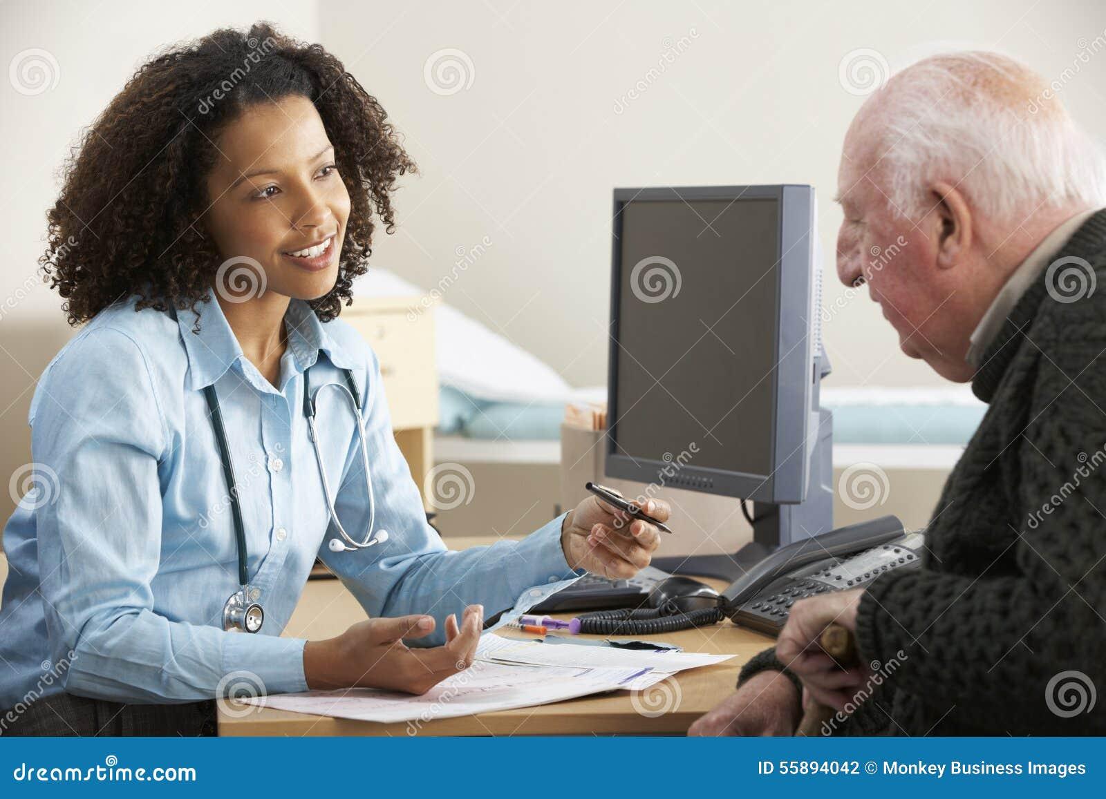 Doctor de sexo femenino joven con el paciente masculino mayor