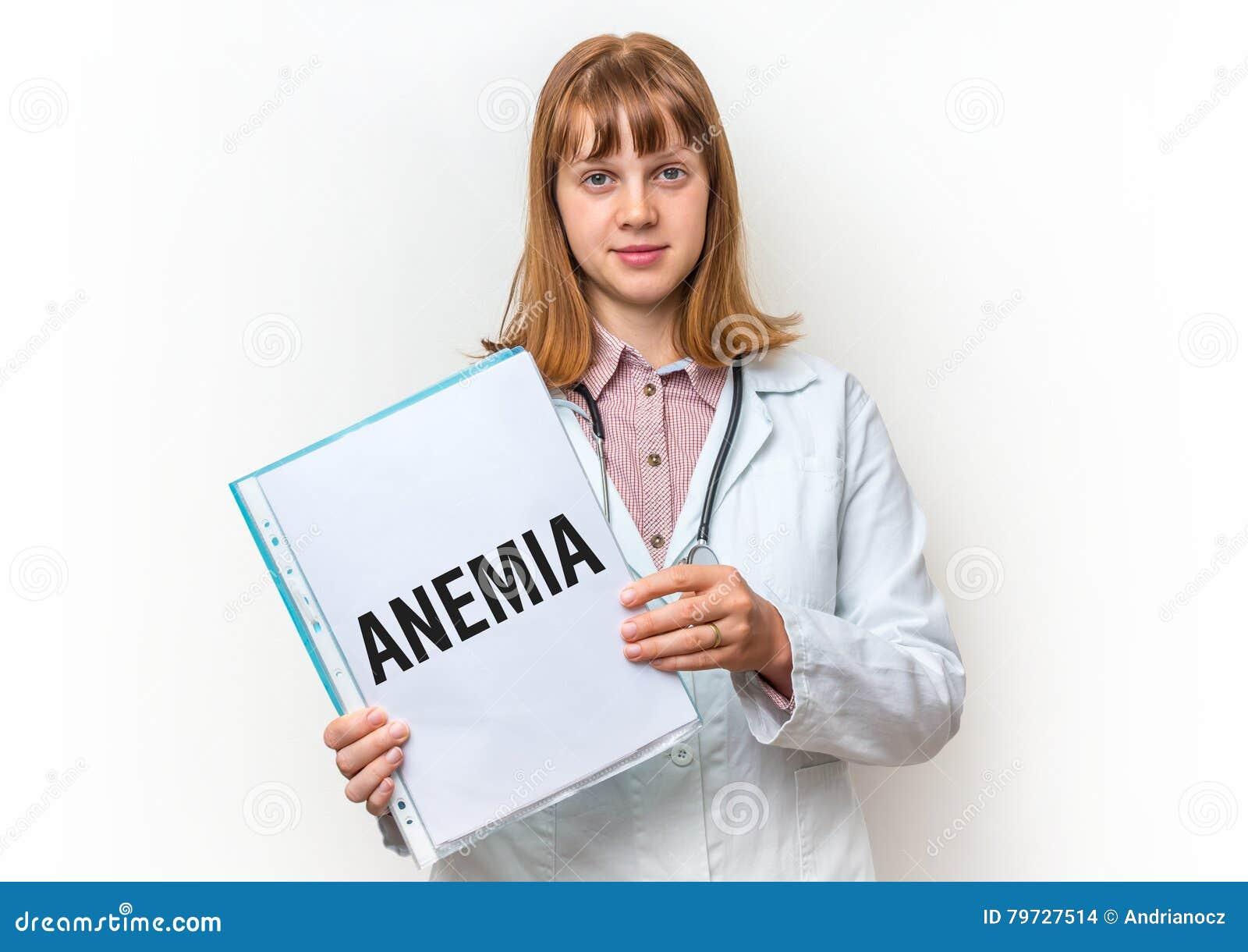 Doctor de sexo femenino que muestra el tablero con el texto escrito: Anemia