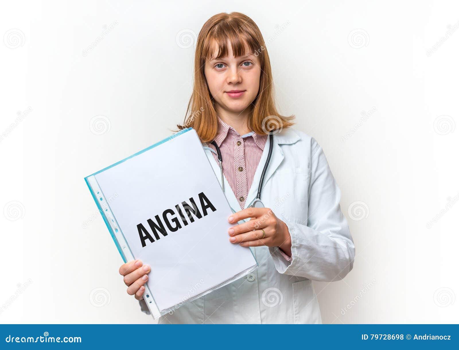 Doctor de sexo femenino que muestra el tablero con el texto escrito: Angina