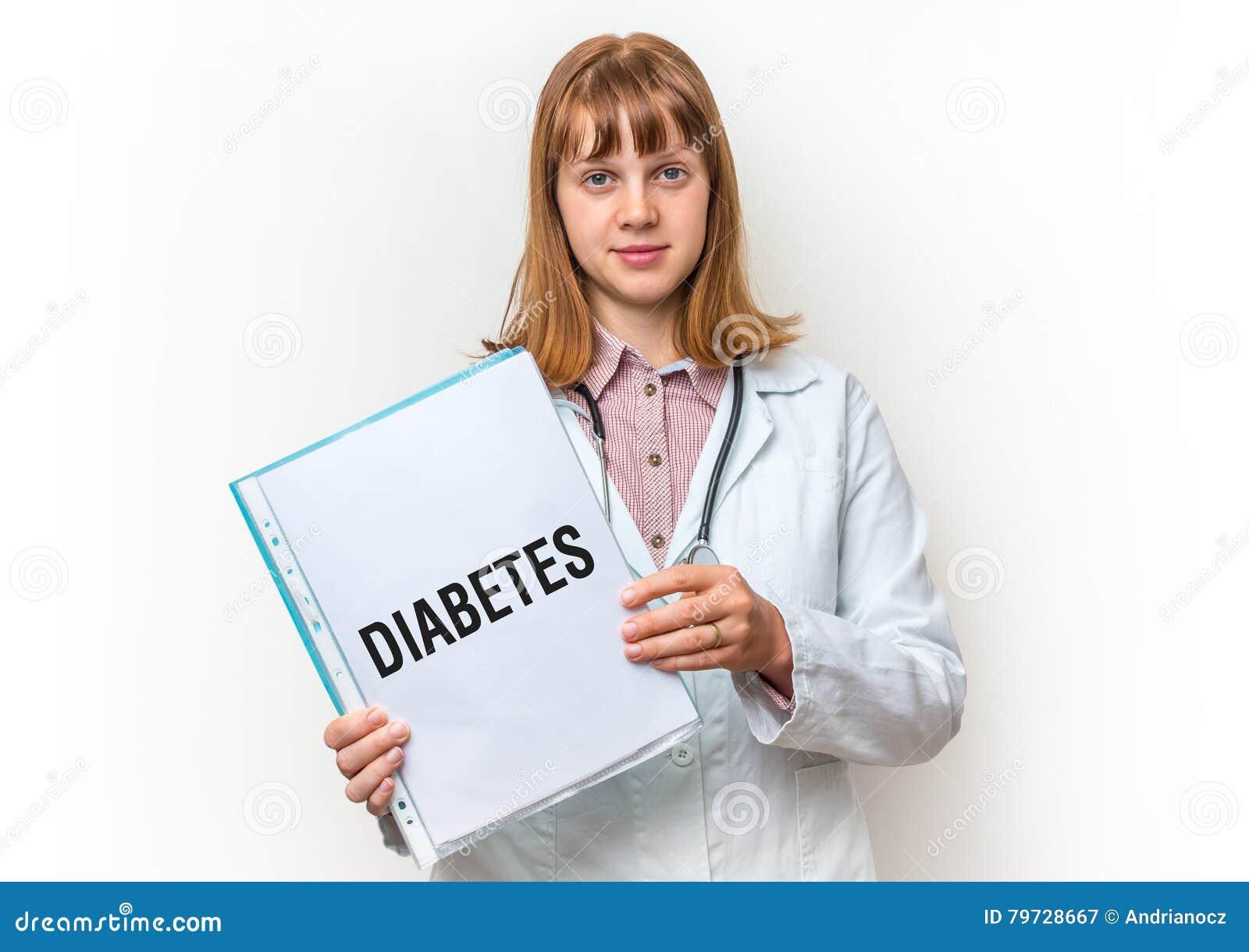 Doctor de sexo femenino que muestra el tablero con el texto escrito: Diabetes