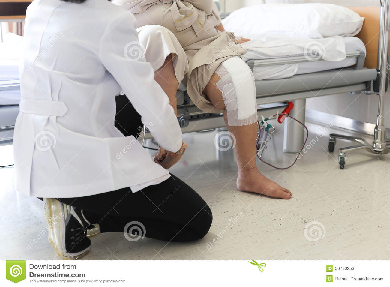 patient with knee pain essay Knee injuries essaysthough many people in the us suffer from common ailments such as carpal tunnel syndrome and arthritis, as many as 6,000,000 people in the country see doctors annually complaining of knee pain, and thousands of others never visit the doctor.