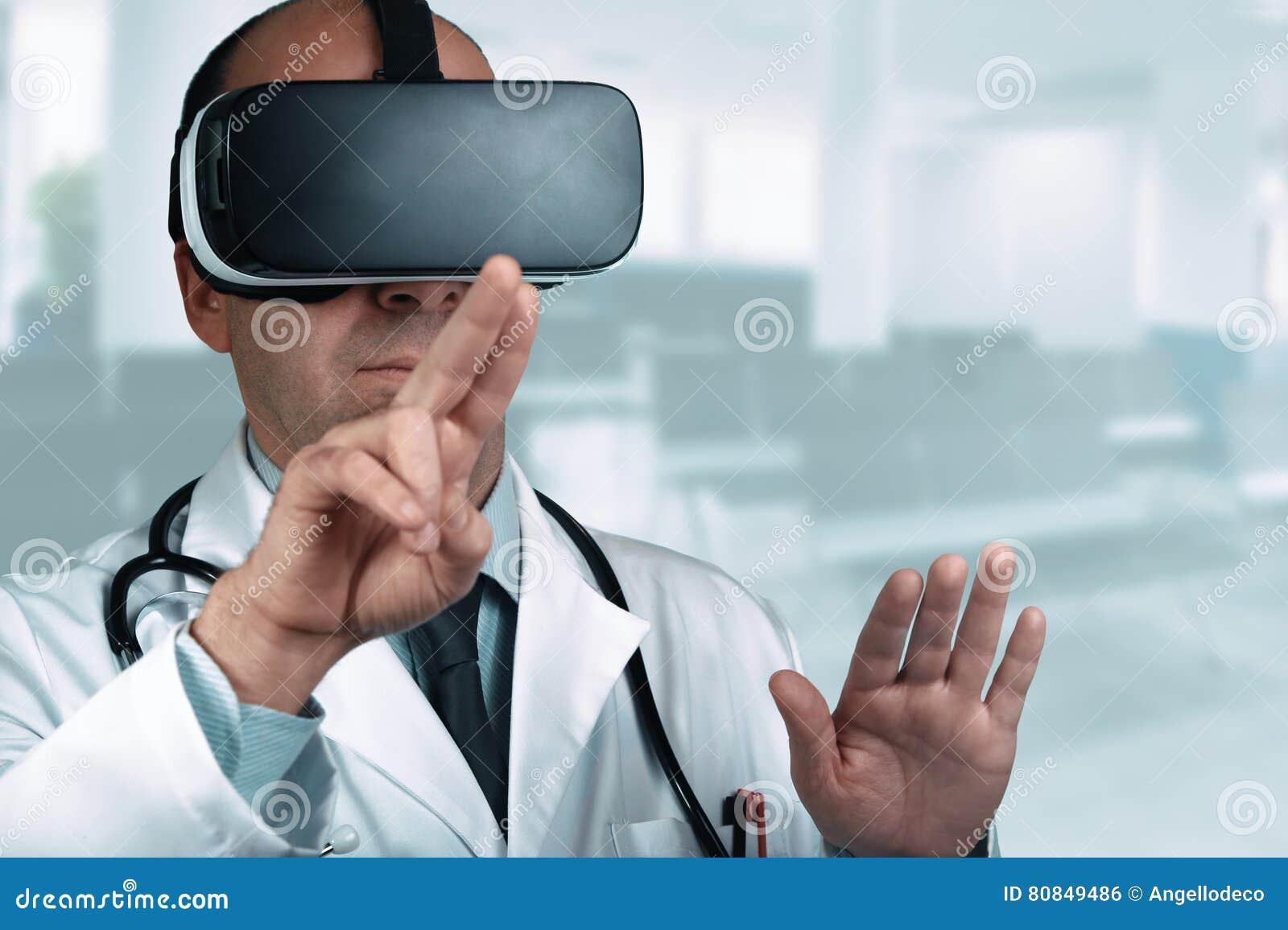 Doctor en un hospital que señala su finger en una pantalla virtual