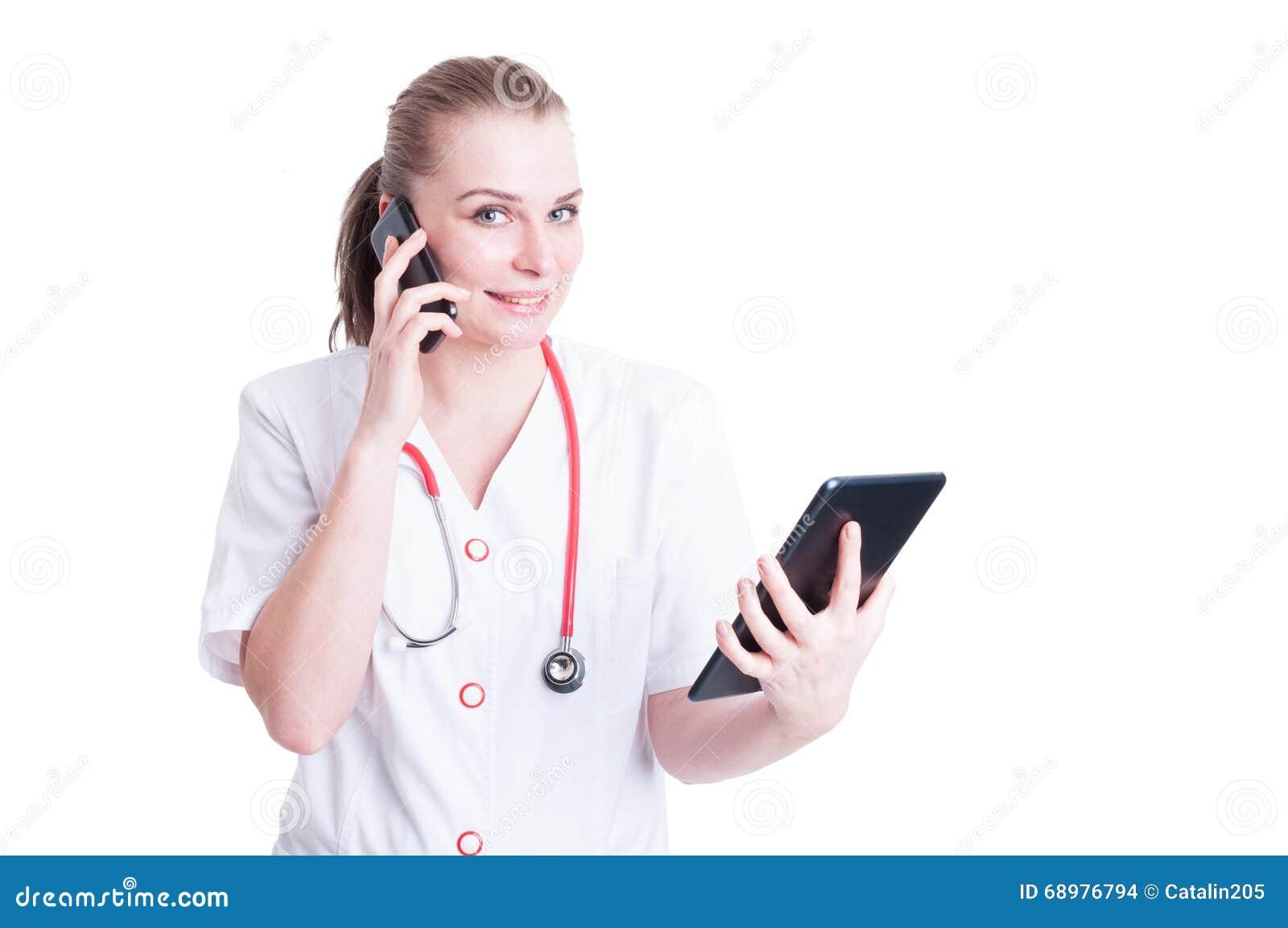 Doctor feliz de la trabajadora que usa el teléfono y la tableta