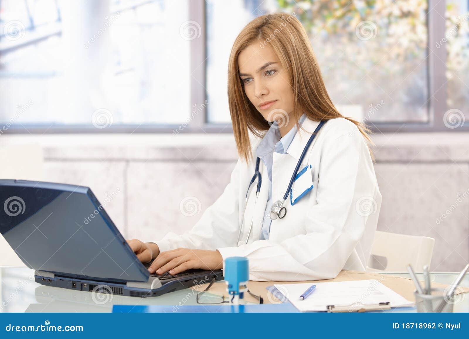 Doctor joven ocupado en oficina usando la computadora port til fotograf a de archivo imagen - Sexo en la oficina ...