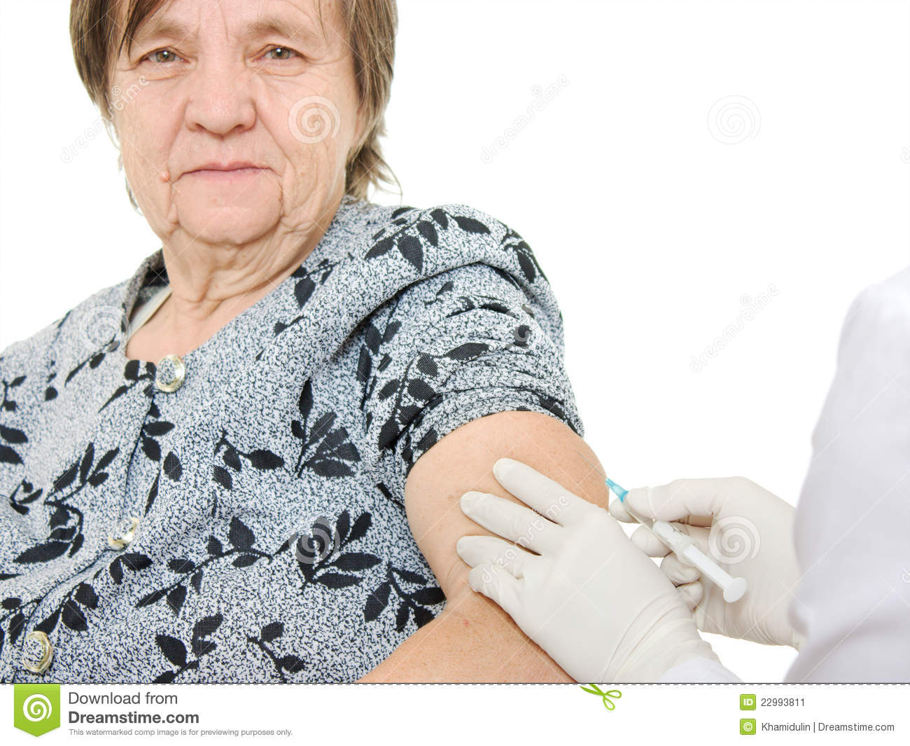 The doctor makes vaccination an old woman