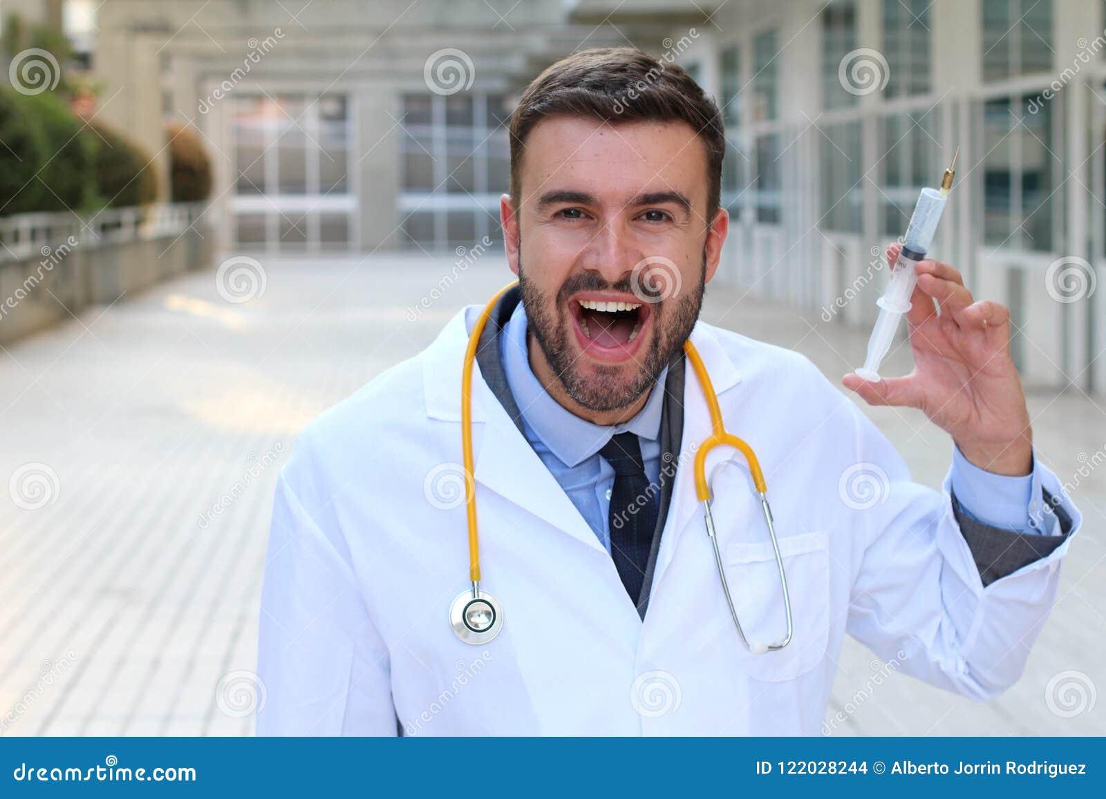 Doctor malvado que sostiene una jeringuilla en hospital