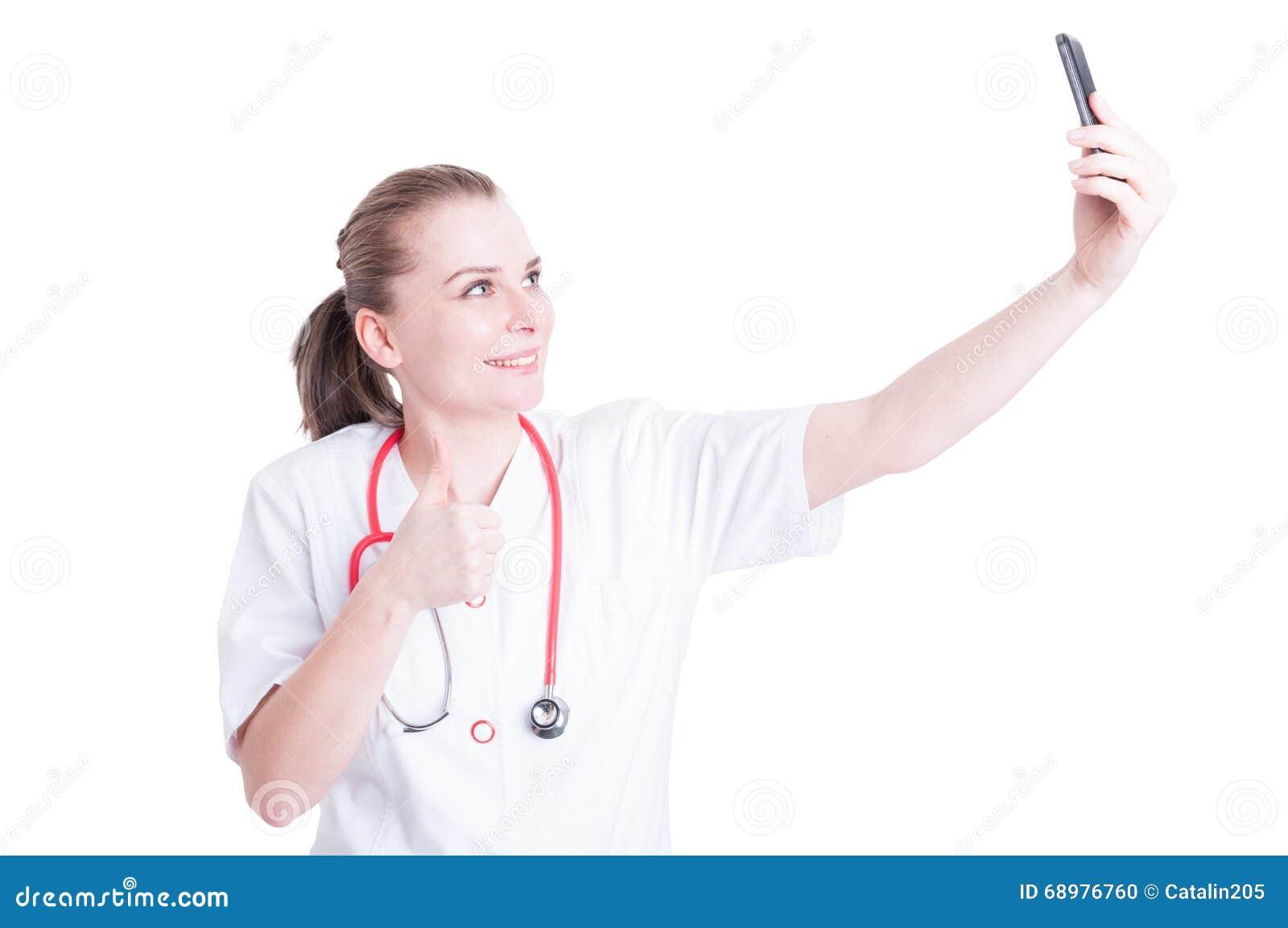Doctor o médico de sexo femenino que toma un selfie confiado