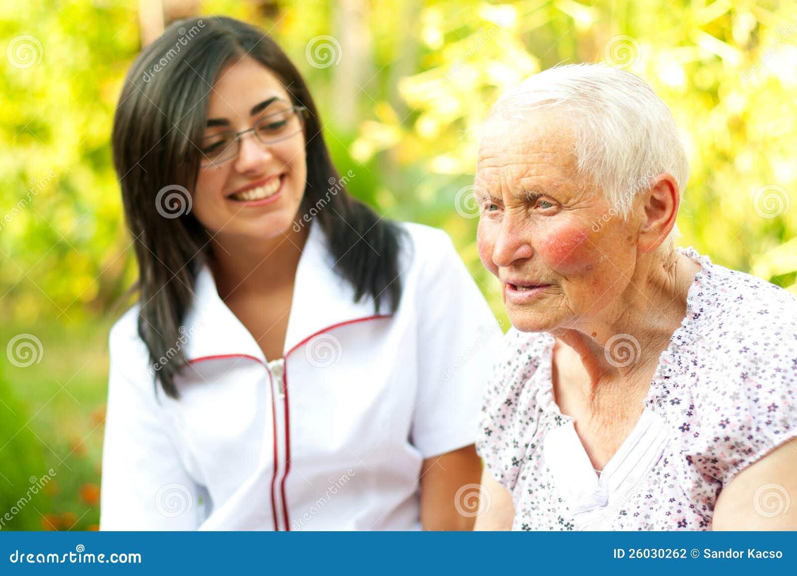Doctor que cuida que escucha la señora mayor