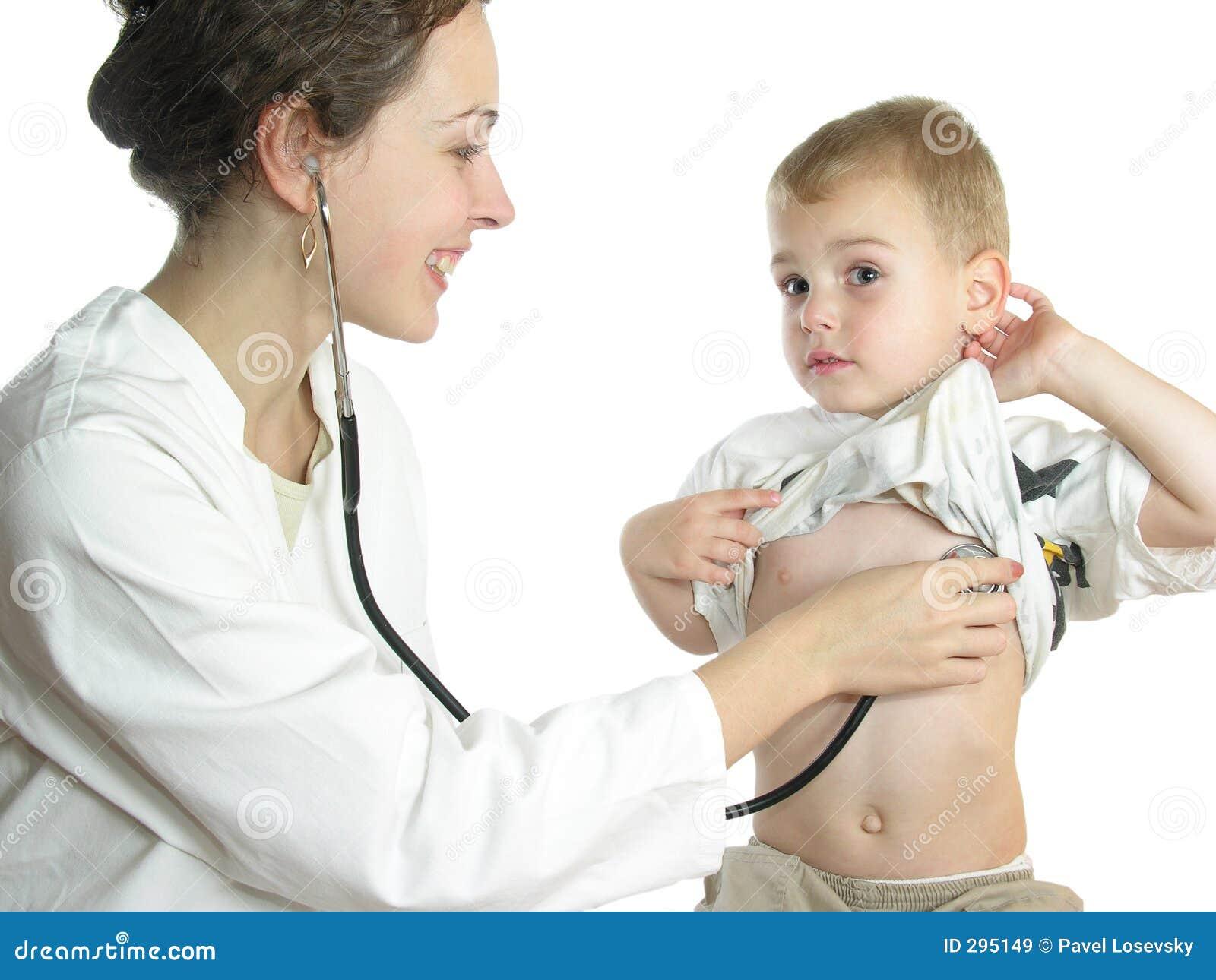 Doctor que evalúa al paciente por el estetoscopio