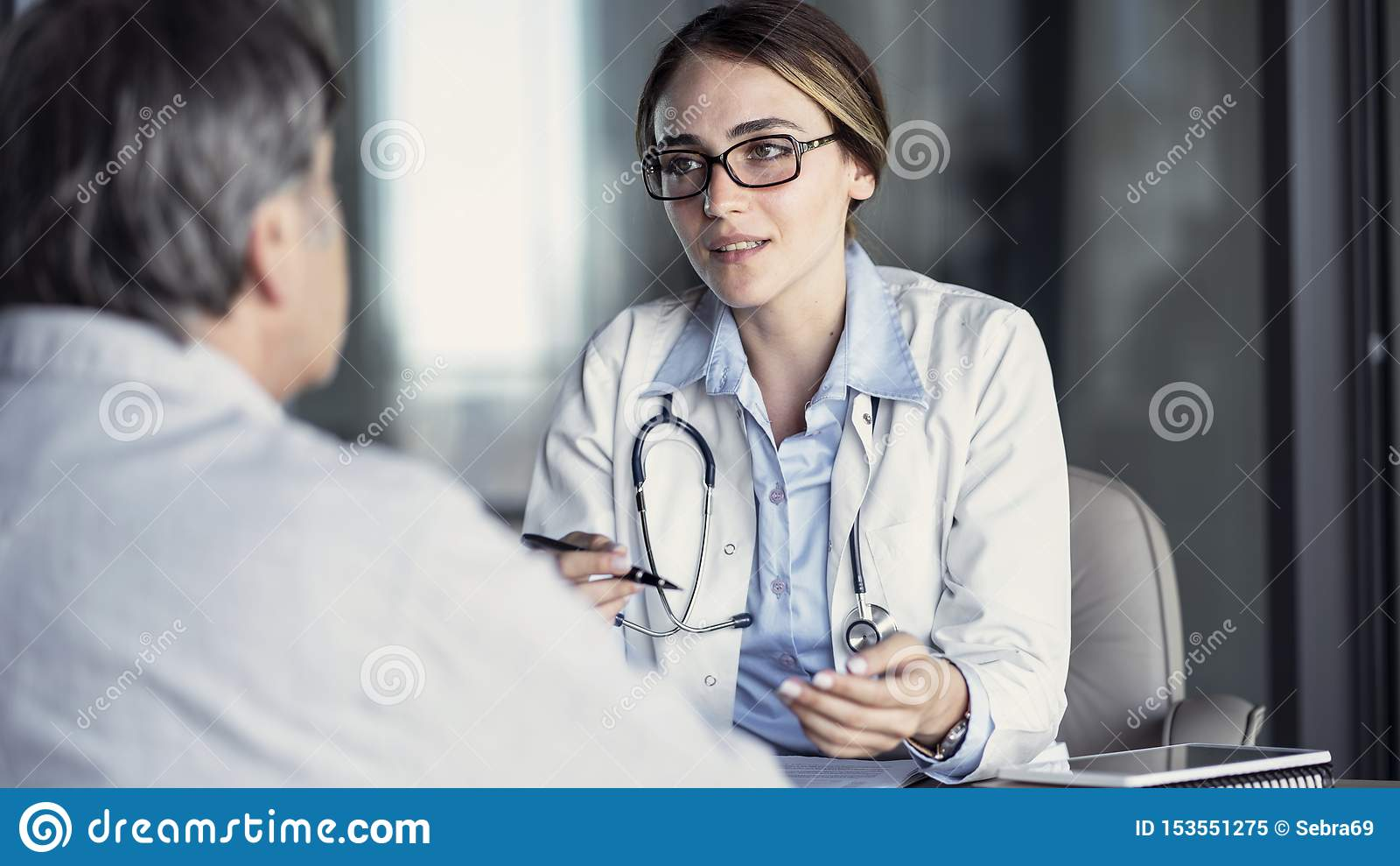 Doctor que habla con el paciente