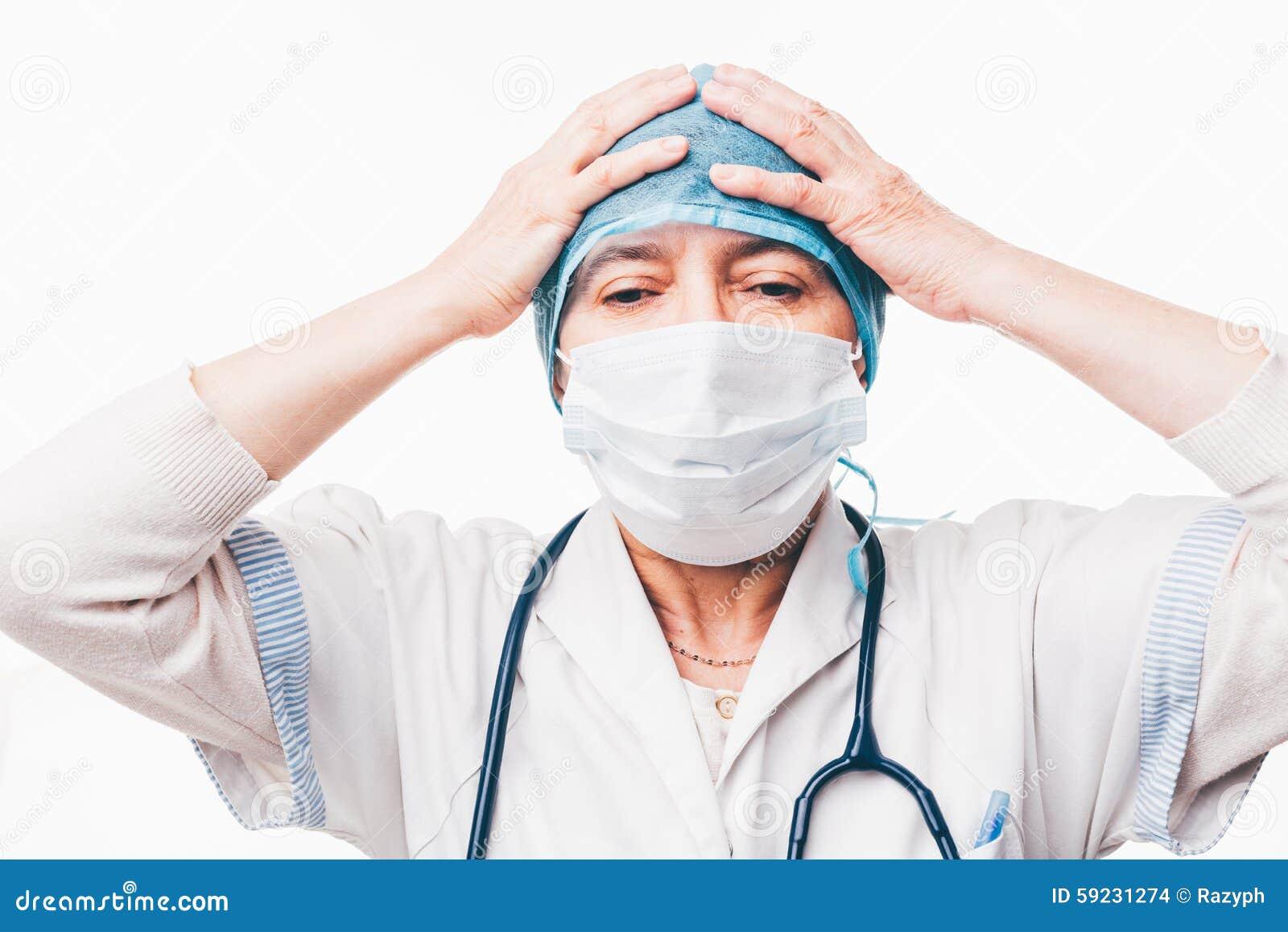 Doctor que lleva a cabo las manos en la cabeza
