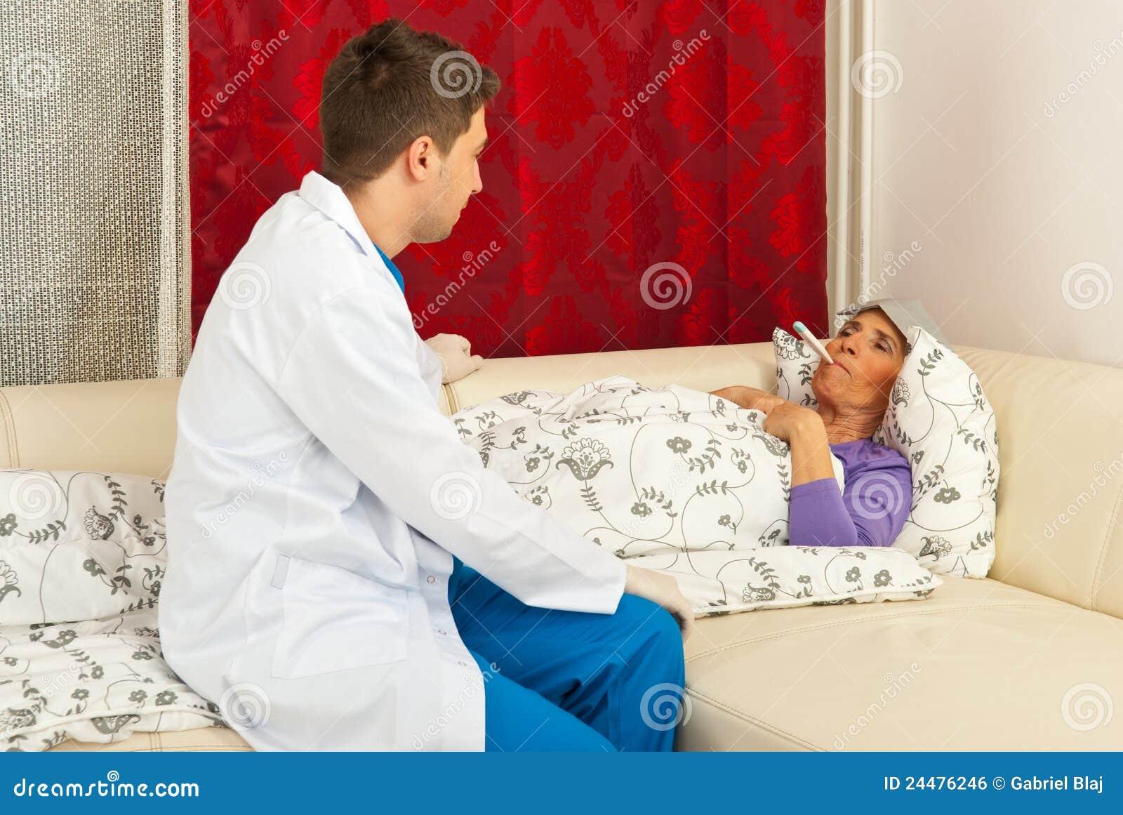 Doctor que lleva temperatura el mayor