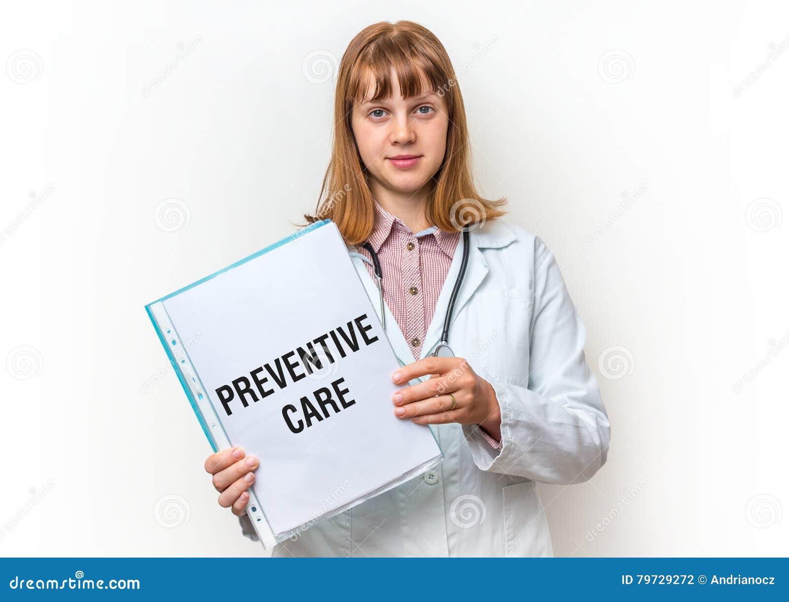 Doctor que muestra el tablero con el texto escrito: Cuidado preventivo