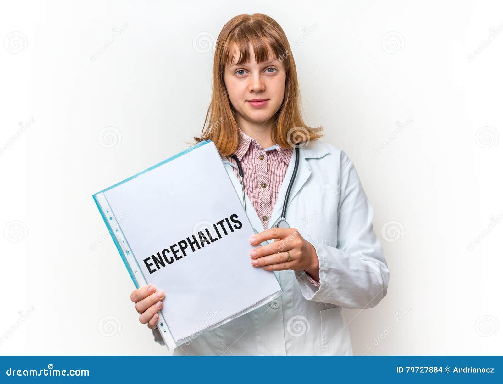 Doctor que muestra el tablero con el texto escrito: Encefalitis