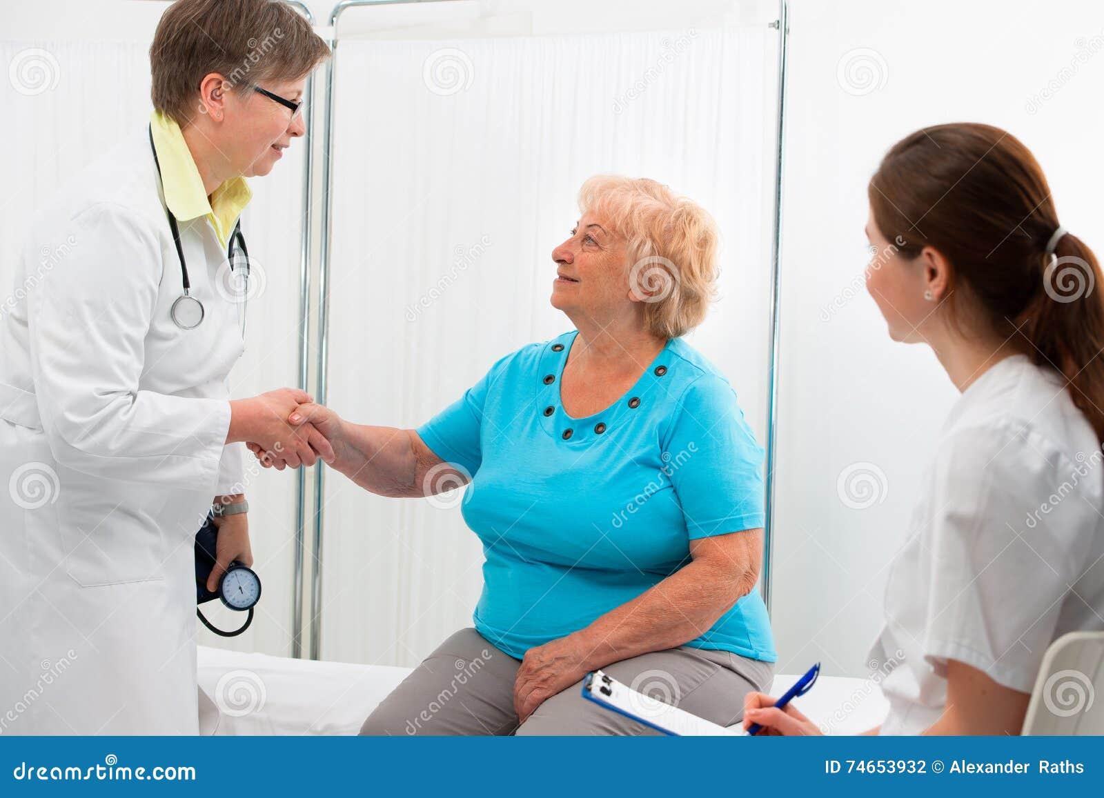 Doctor que sacude las manos con el paciente