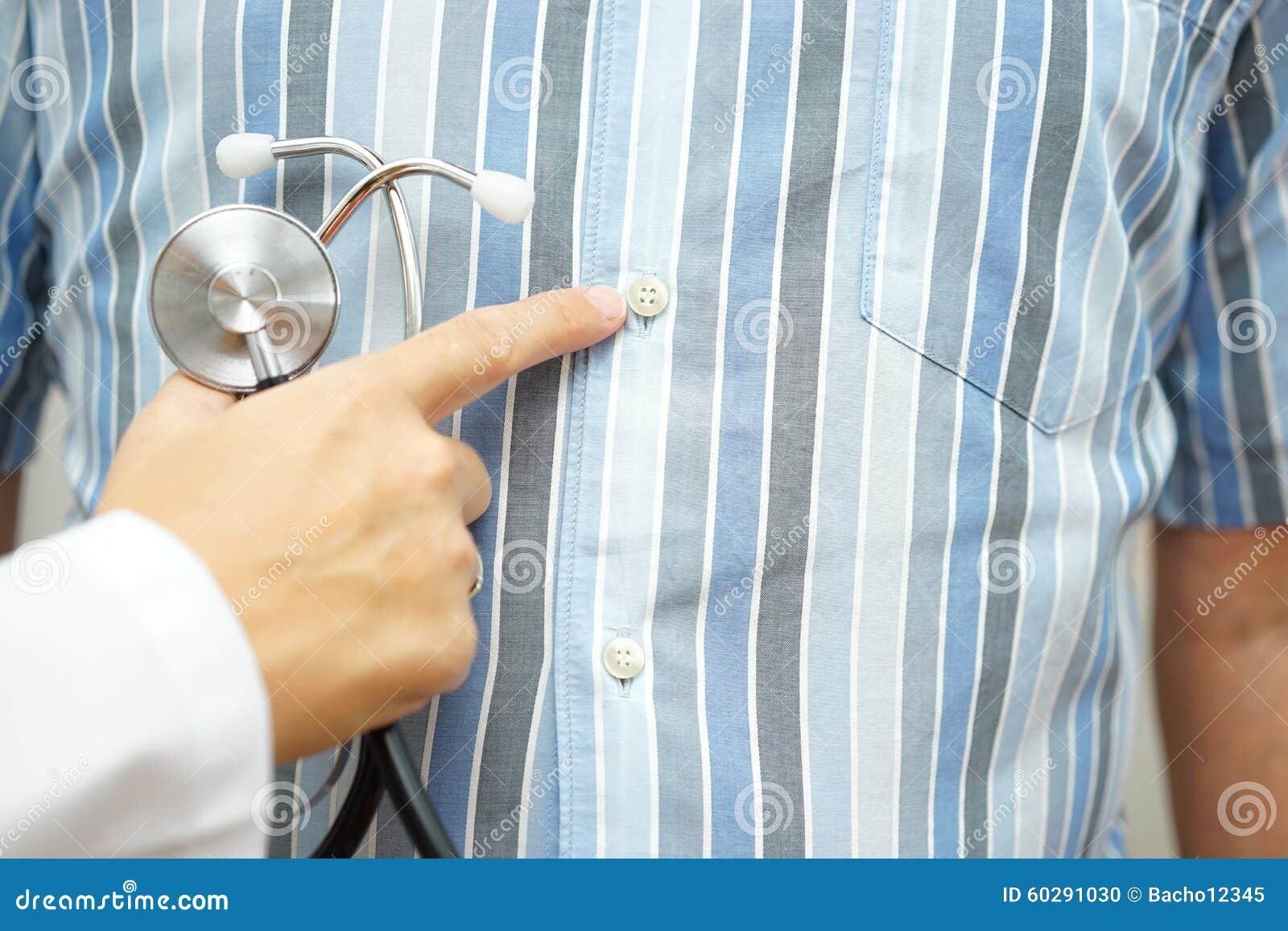 Doctor que señala al estómago, desordenes gastrointestinales