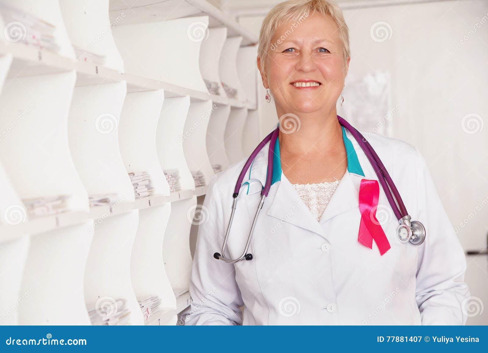 Doctor Sonriente Con El Estetoscopio Foto de archivo