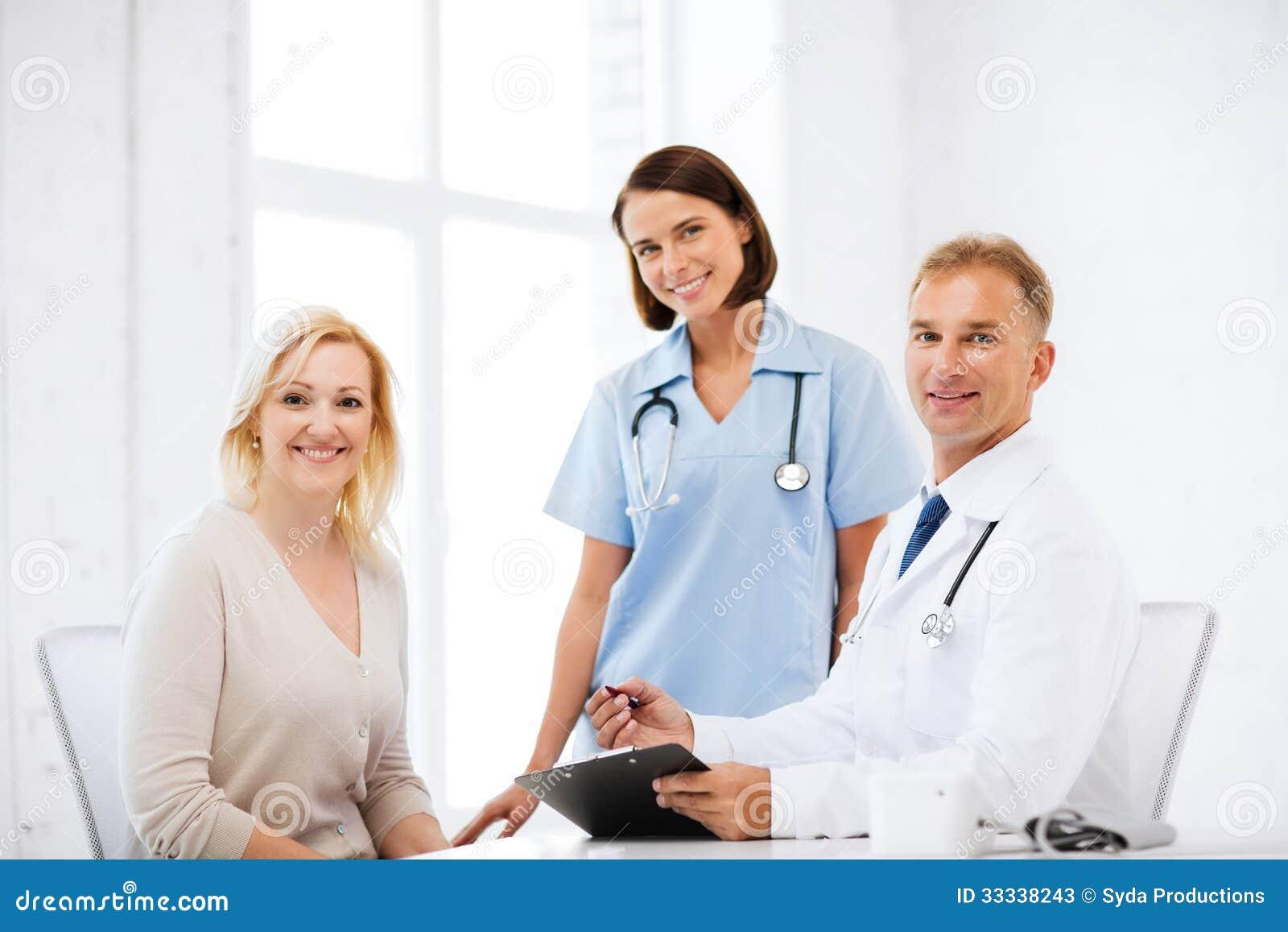 Enfermera y doctor lesbiana