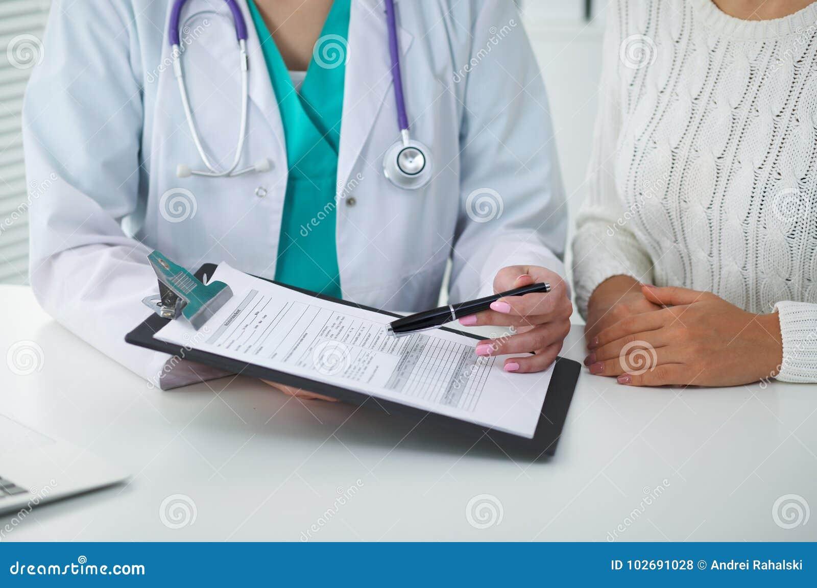 Doctor y paciente, primer de manos Médico que habla de resultados del examen médico Medicina, atención sanitaria