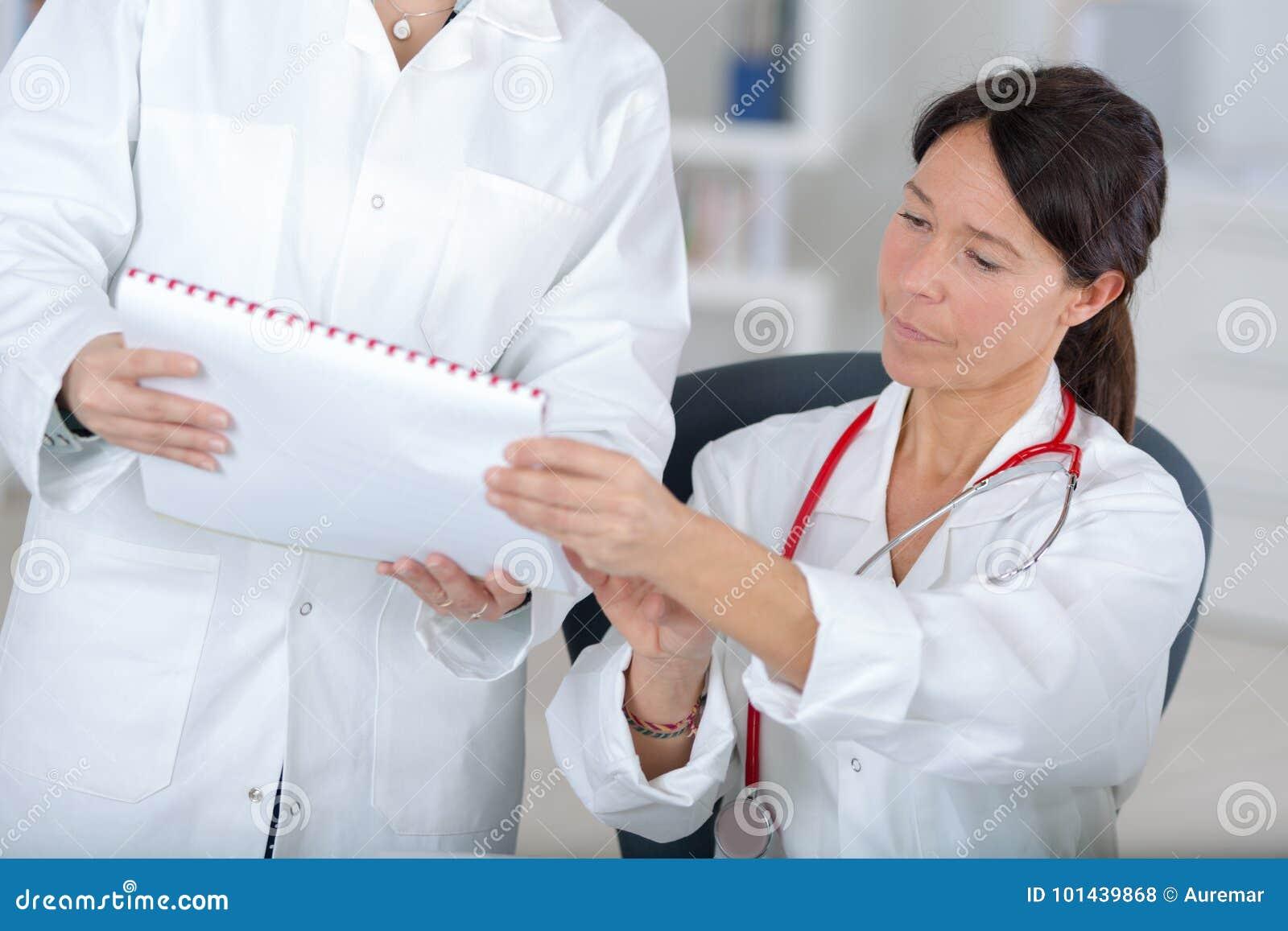 Doctores del equipo que trabajan en oficina médica