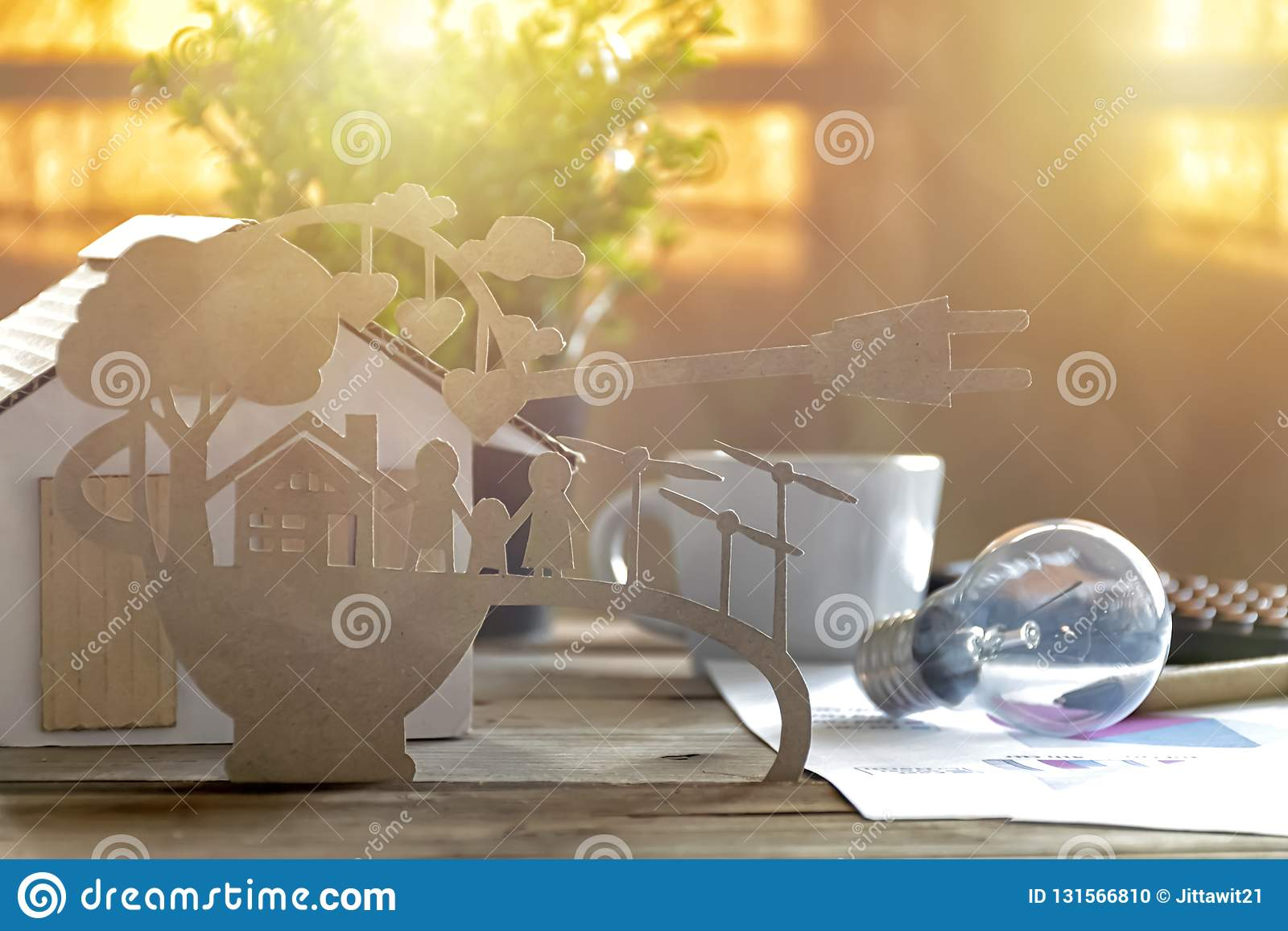 Document besnoeiing van eco op bureau Huismodel, lamp, pen, documentverhalen over energie - besparing, gelukkige families die sch